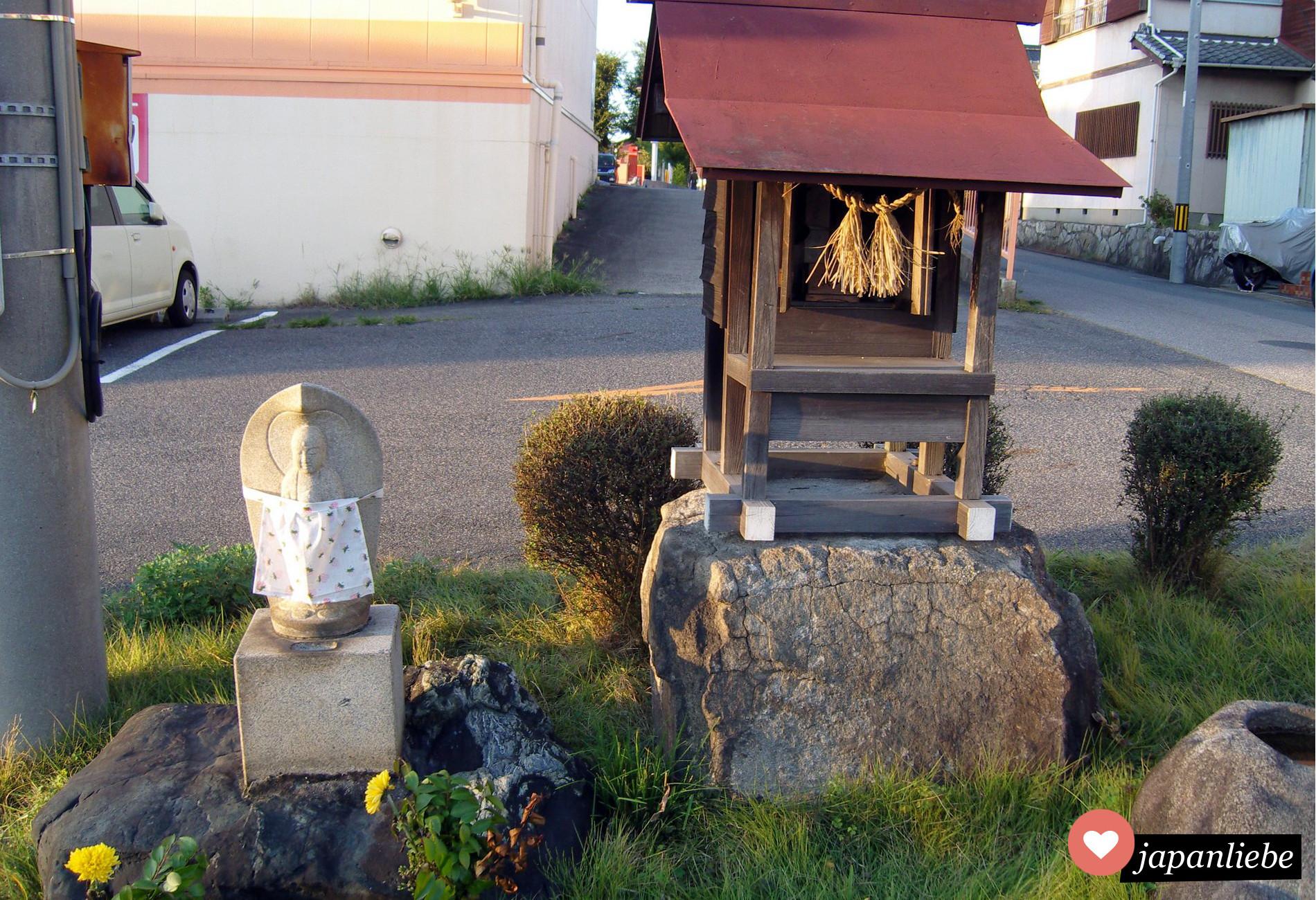 Kleine Schreine an Straßenrändern, die zu keinem größeren Schrein gehören, nennt man auf Japanisch hokora 祠.