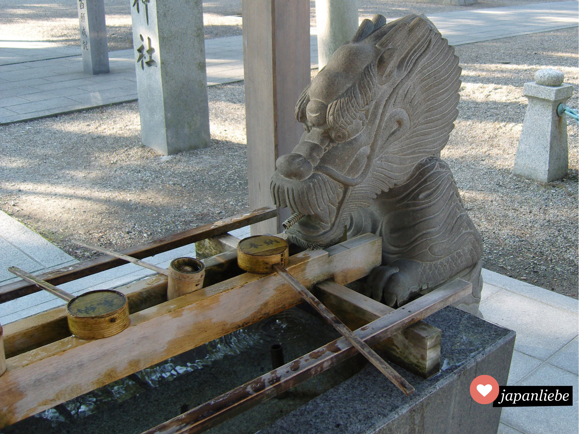 Am Tatsuki-Schrein in Okazaki speist ein steinerner Drache das Wasser in den temizuya-Brunnen.