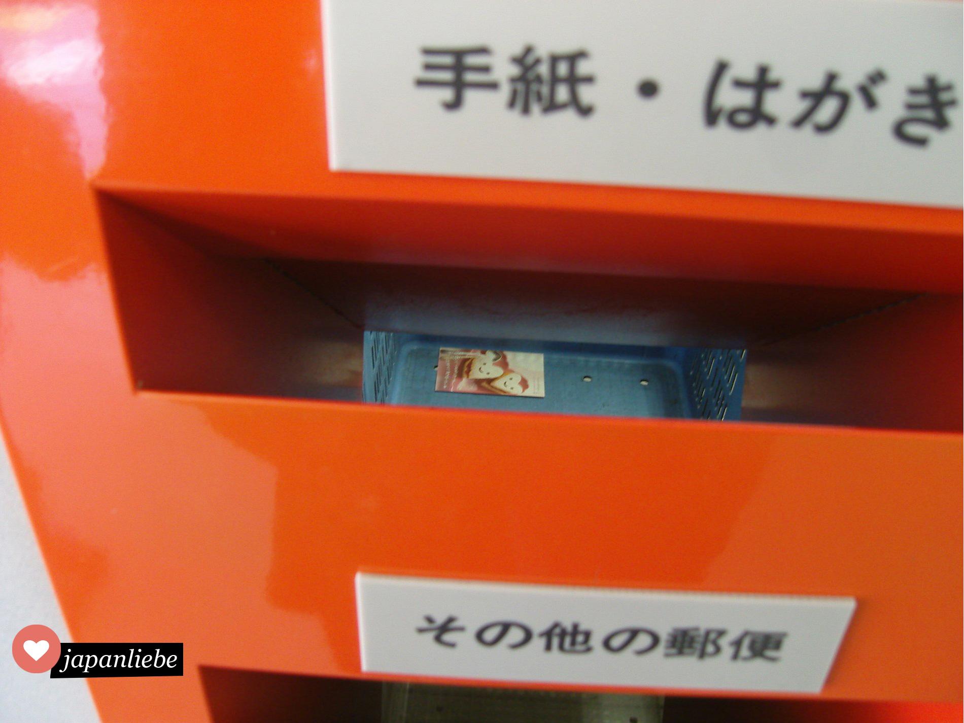 Postkarte in einem japanischen Briefkasten
