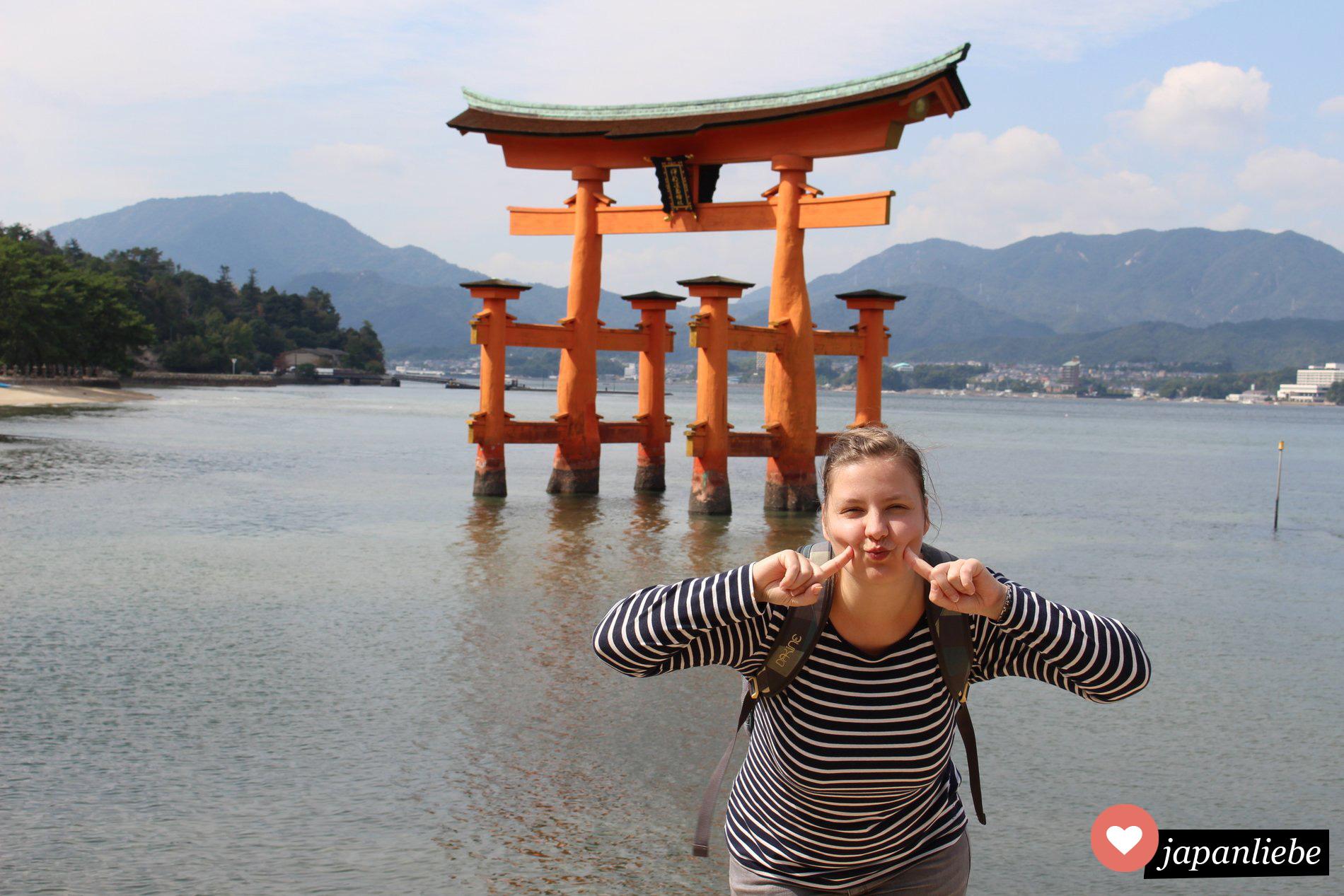 Ich vor dem torii des Itsukushima-Schreins auf der Insel Miyajima.