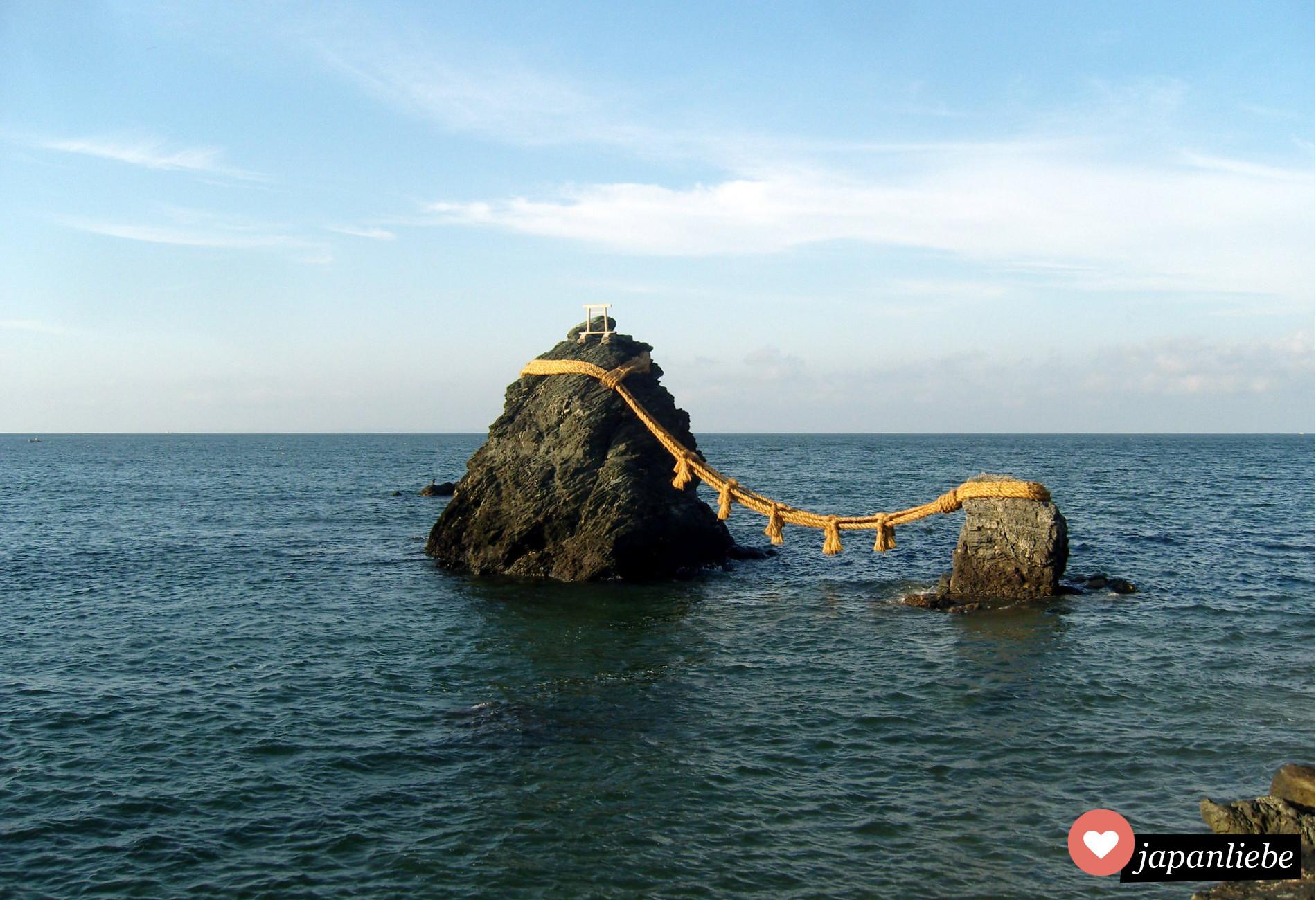 Meoto-Iwa: Verheiratete, heilige Steine im Meer vor der Halbinsel Ise
