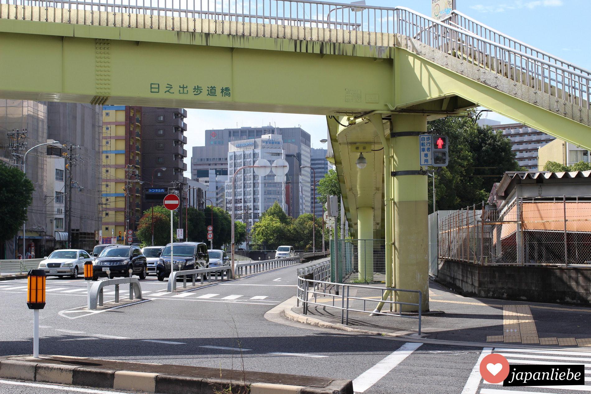 Eine Kreuzung in Shin-Osaka mit einer roten Ampel