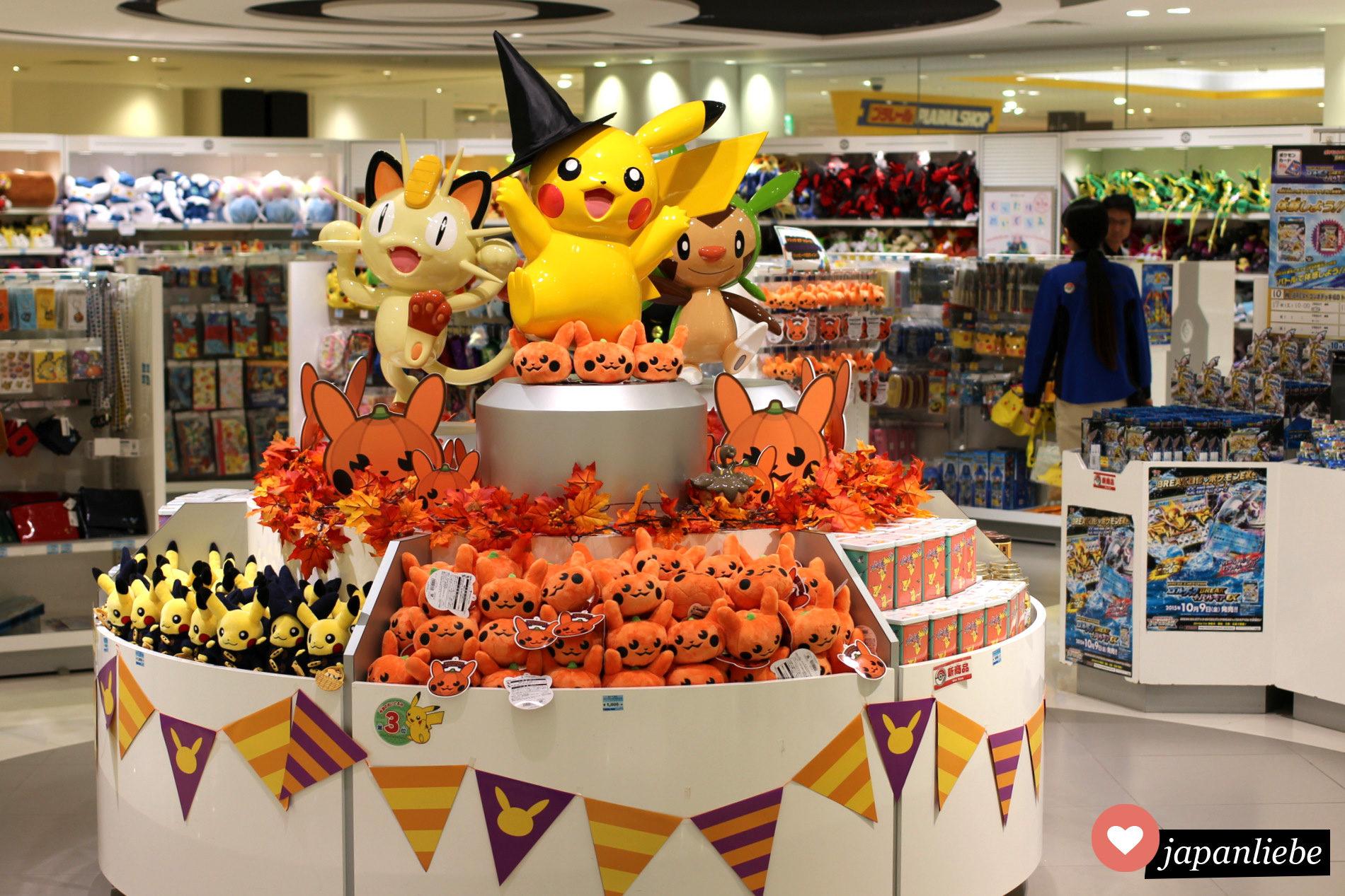 Im Pokemon Center Osaka kurz vor Halloween: Kürbis Pikachus