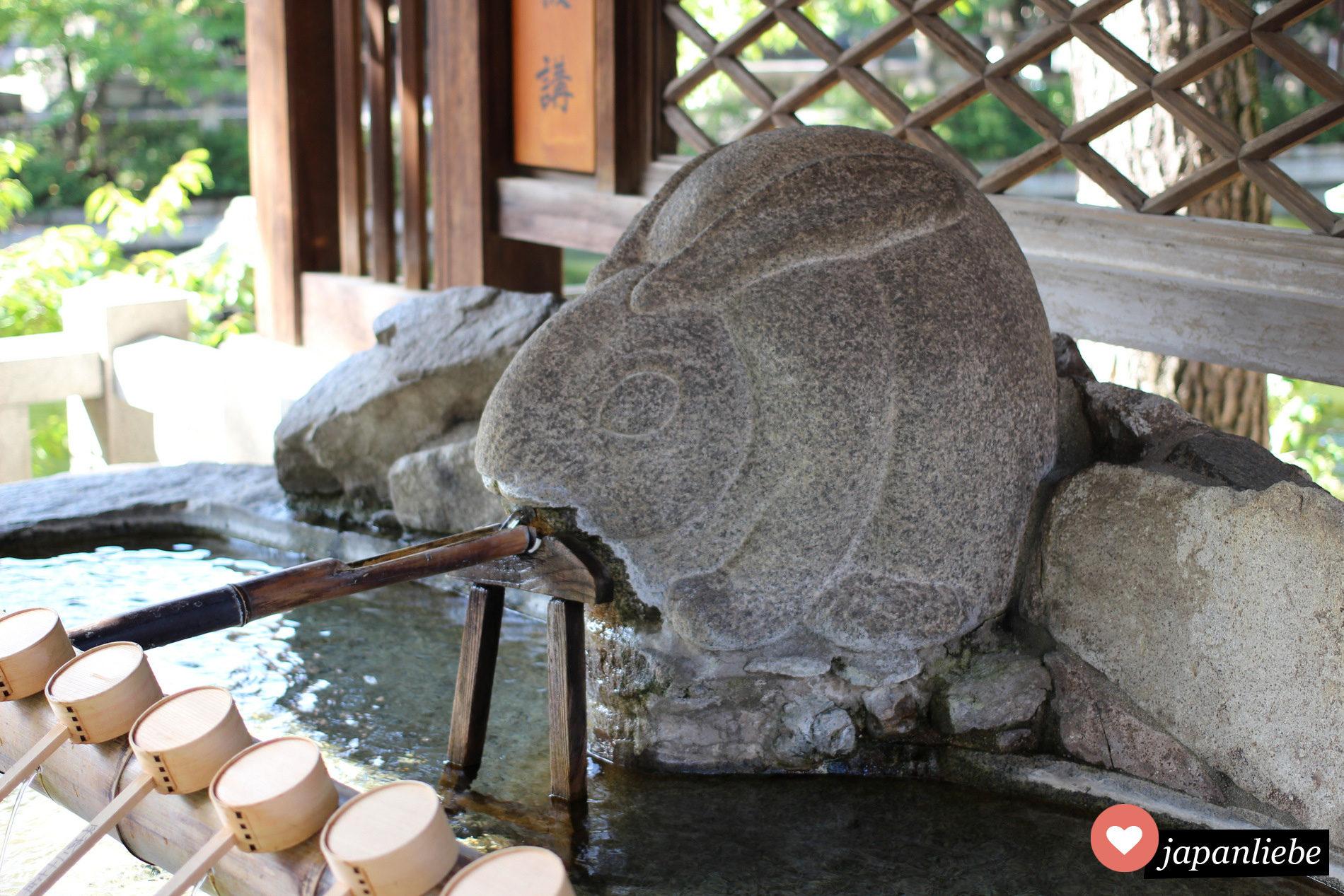 Am Sumiyoshi Taisha Schrein in Osaka, Japan reinigt man sich die Hände an einem chozu-ya in Form eines Hasen