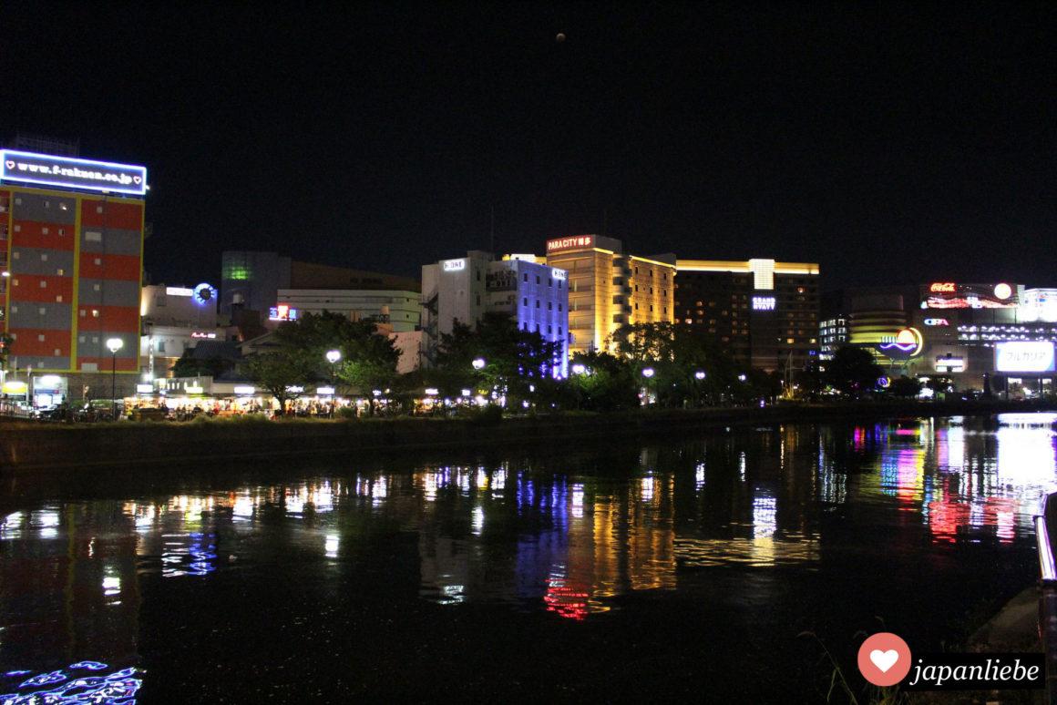 Die größte Ansammlung der yatai Imbissbuden in Fukuoka findet man auf der Nakasu Insel, romantisch entlang des Flussufers.