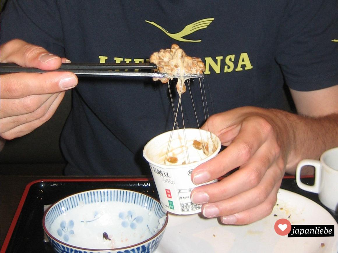 Berühmt für seinen starken Geruch und die Schleimigkeit: die vergorenen Sojabohnen nattō.