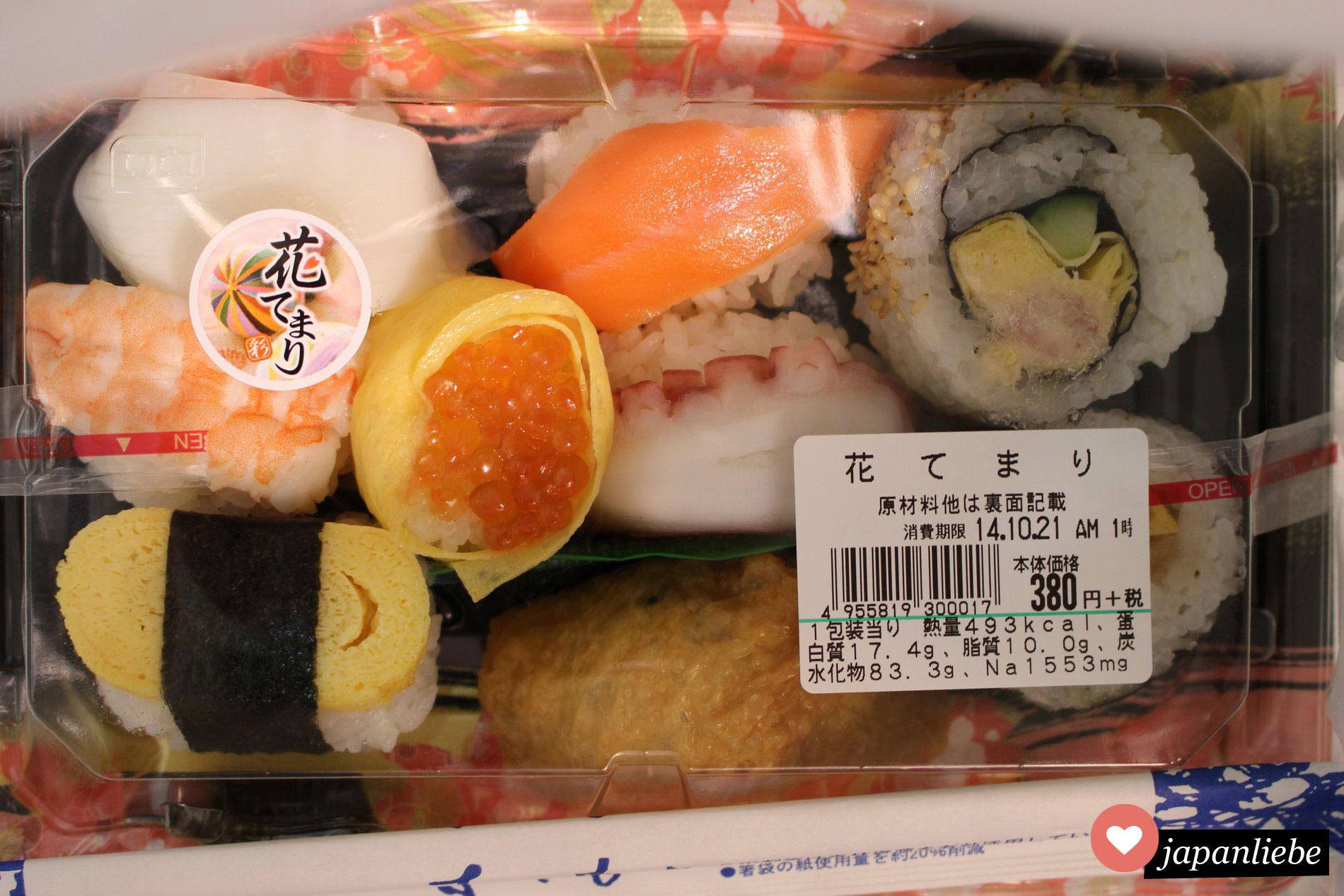 Eine bunt gemischte Sushibox aus dem japanischen Supermarkt.