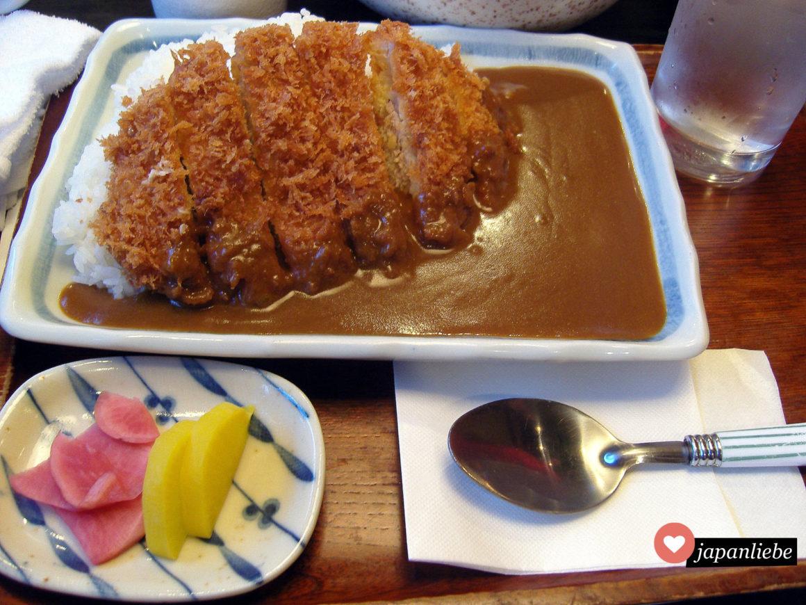 Tonkatsu ist eine Art fritiertes Schnitzel auf Reis.