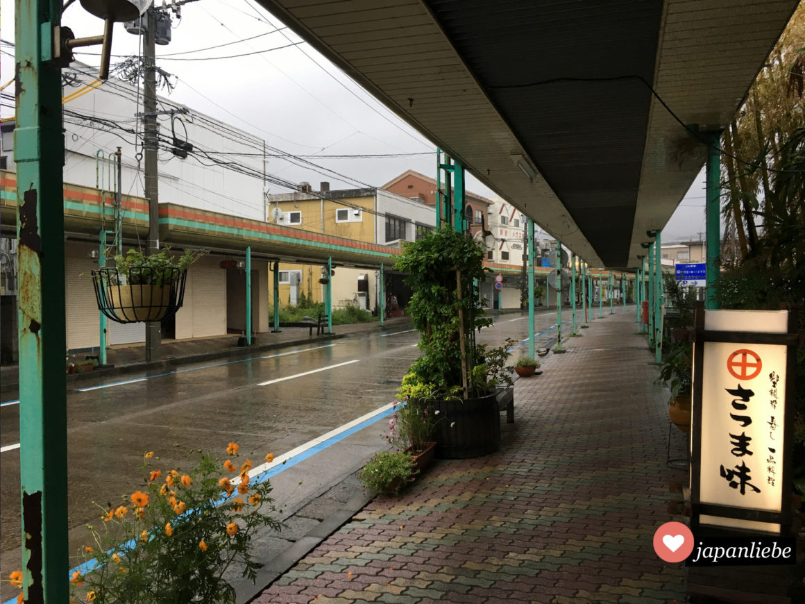 Bei schlechtem Wetter ist Ibusukis Einkaufsstraße menschenleer.