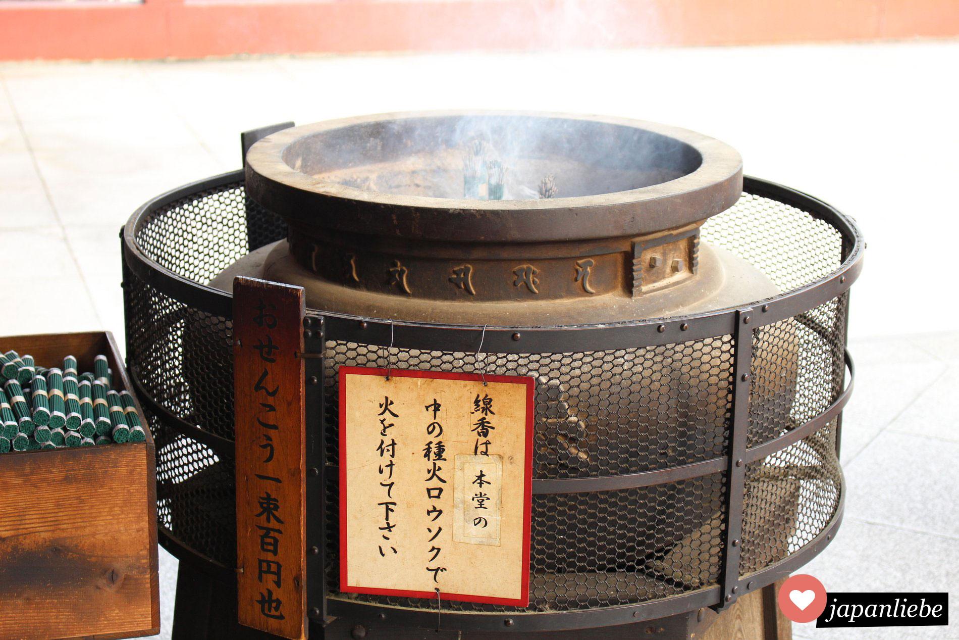 Räucherstäbchen am buddhistischen Ōsu Kannon Tempel in Nagoya, Japan.