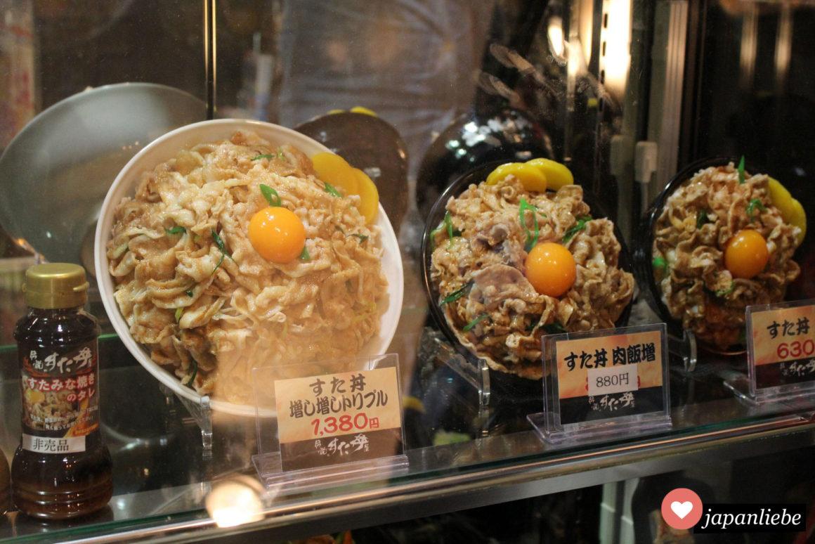 In Osaka gibt es Restaurants, die gigantische Schüsseln mit gyudon – Rindfleisch auf Reis – verkaufen.