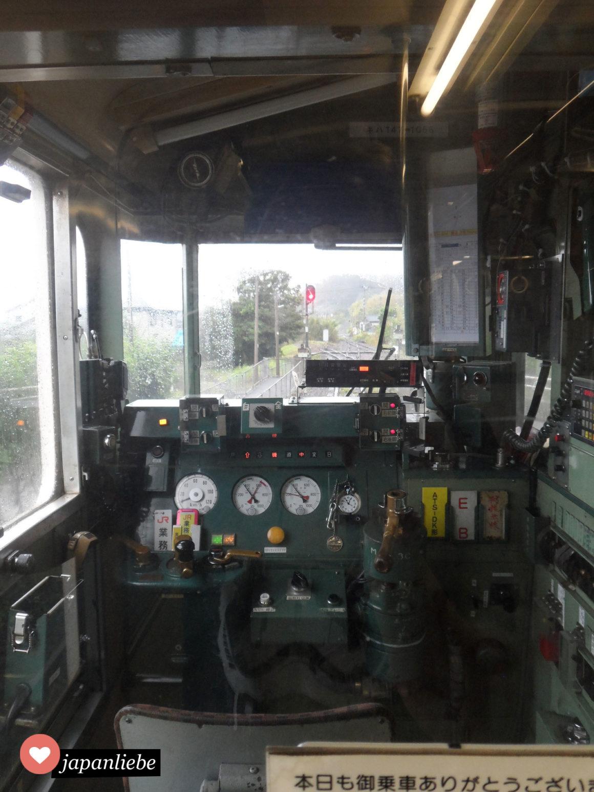 Ein Blick ins Führerhäuschens des Regionalbahn zwischen Kagoshima und Ibusuki.