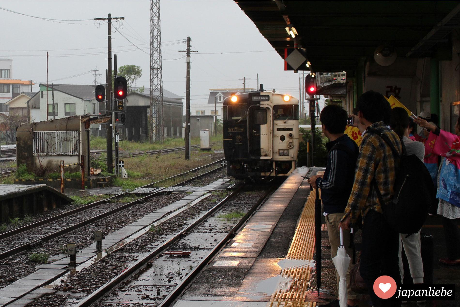 Der Ibusuki no Tamatebako fährt in den Bahnhof ein.