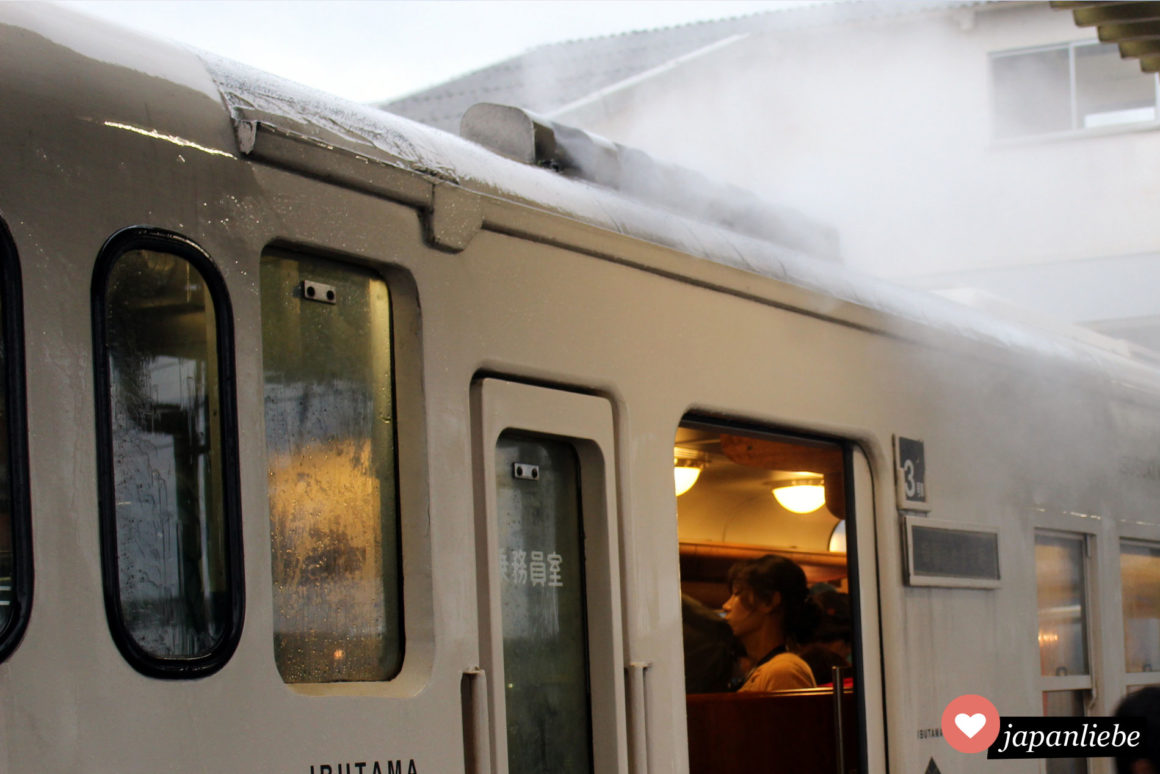 Rauchschwaden beim Öffnen der Türen erinnern an das Märchen von Urashima Tarō.