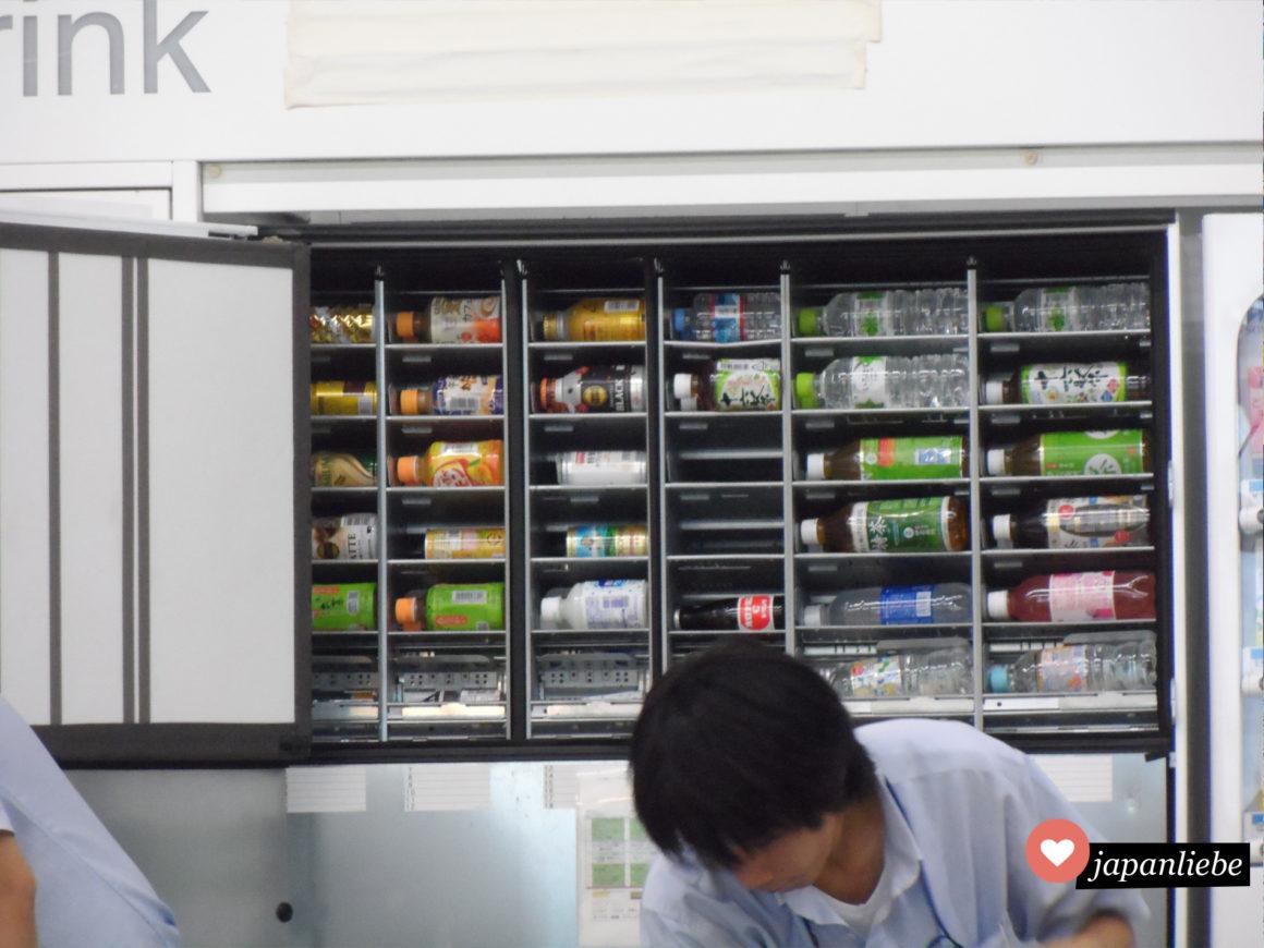 So sieht es aus, wenn ein japanischer Getränkeautomat aufgefüllt wird.