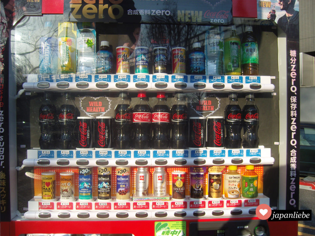 Ein typischer japanischer Getränkeautomat mit einer übergroßen Auswahl an Coca Cola.
