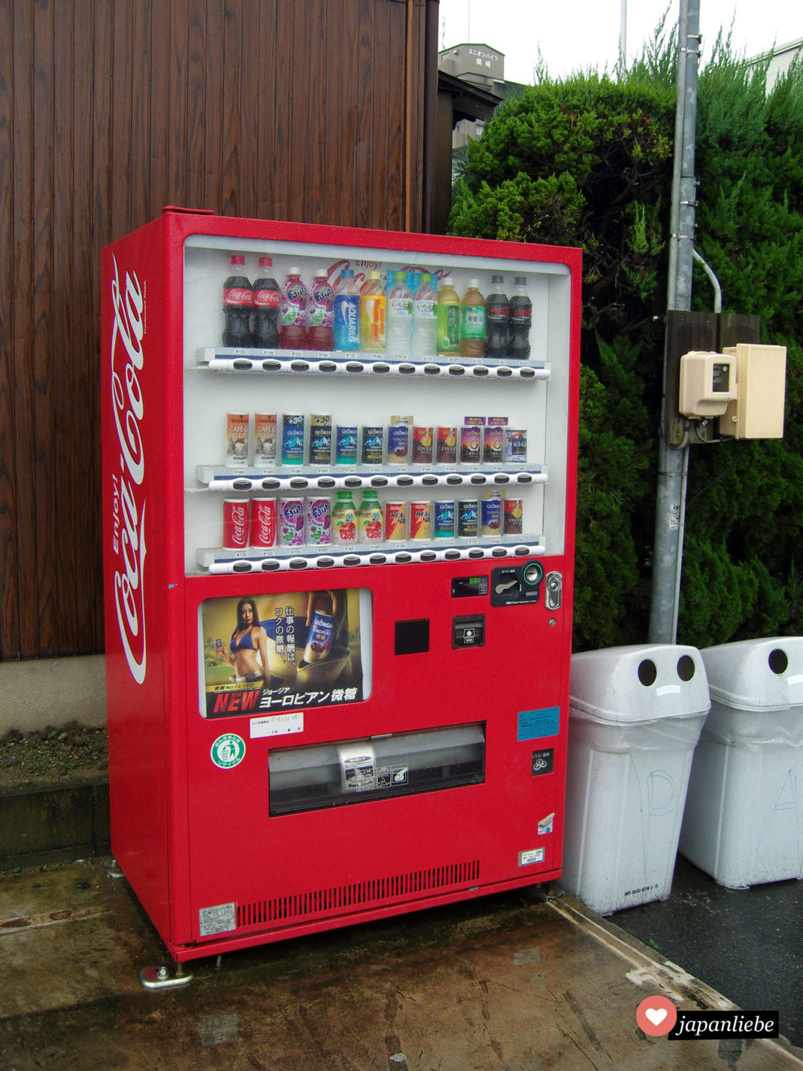 Ein ganz normaler japanischer Getränkeautomat der Firma Coca Cola, wie man ihn in Japan überall antrifft.