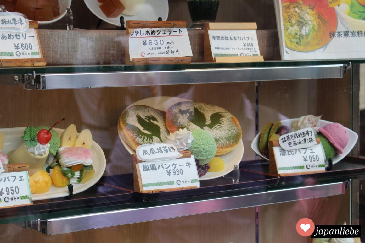 Eine Replik in der Auslage zeigt, wie die Phönix-Grüntee-Pancakes später aussehen werden.