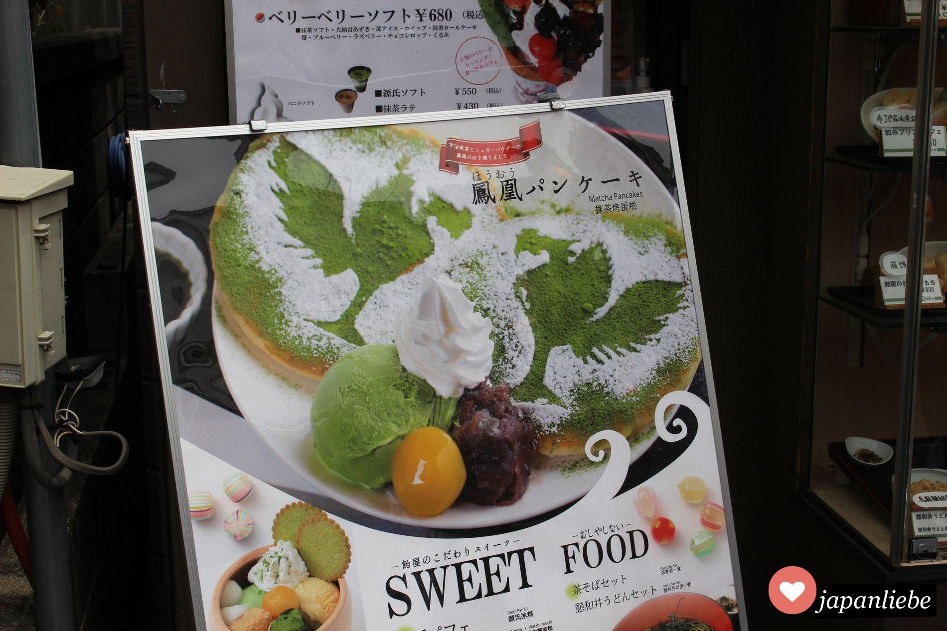 Ein Schild bewirbt in Uji Nahe Kyoto Phönix-Grüntee-Pancakes.