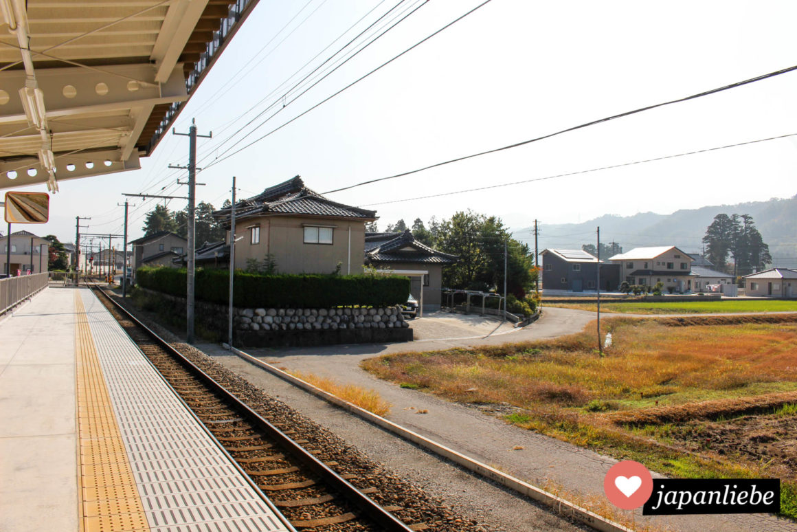 Am Bahnsteig des Bahnhof Shin-Kurobe. Neben der großen Shinkansenstation steht man plötzlich an einem Mini-Bahnhof.