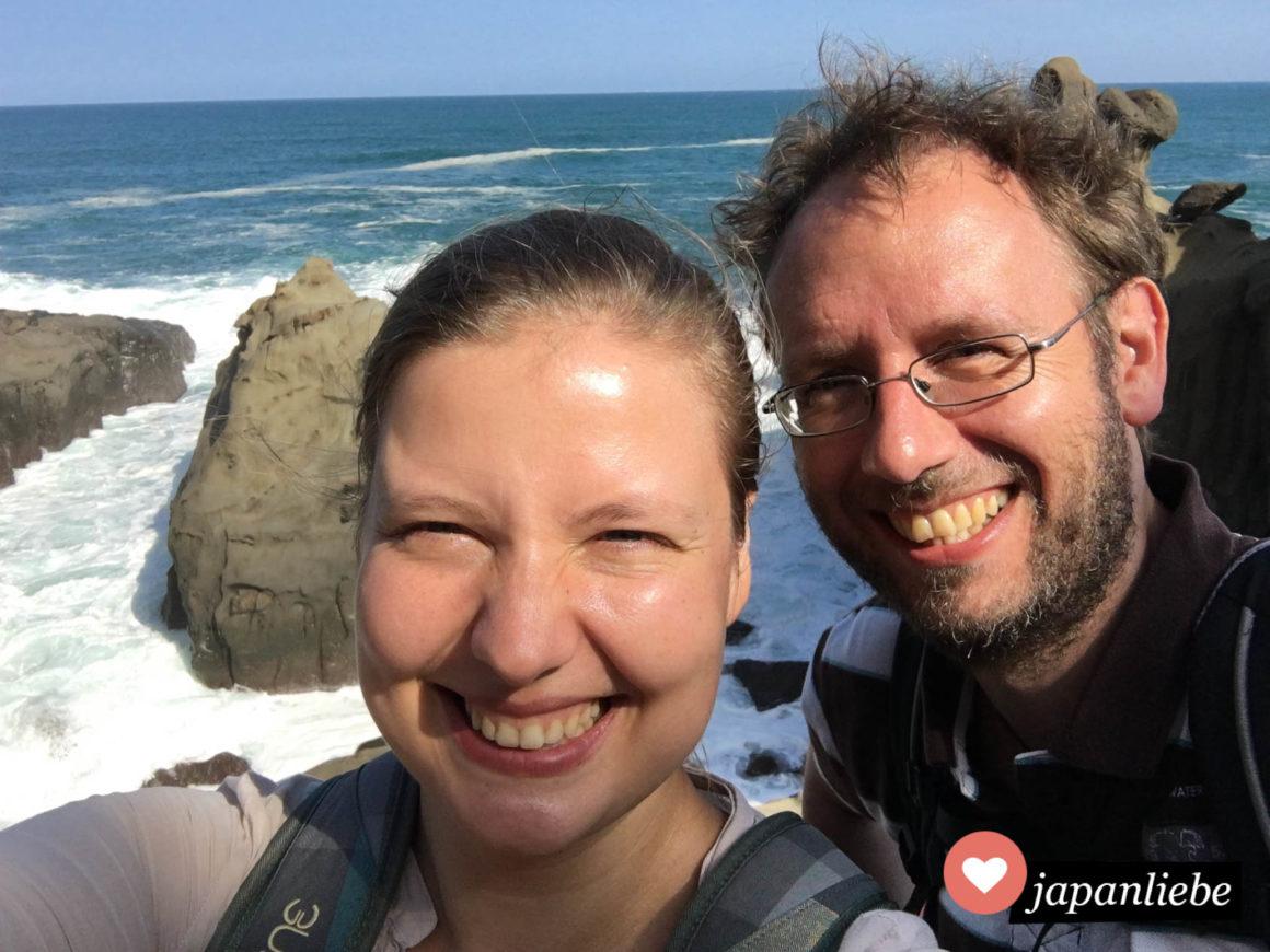 Christian und ich glücklich am Tag unserer Verlobung am Udo Jingu auf Kyūshū.