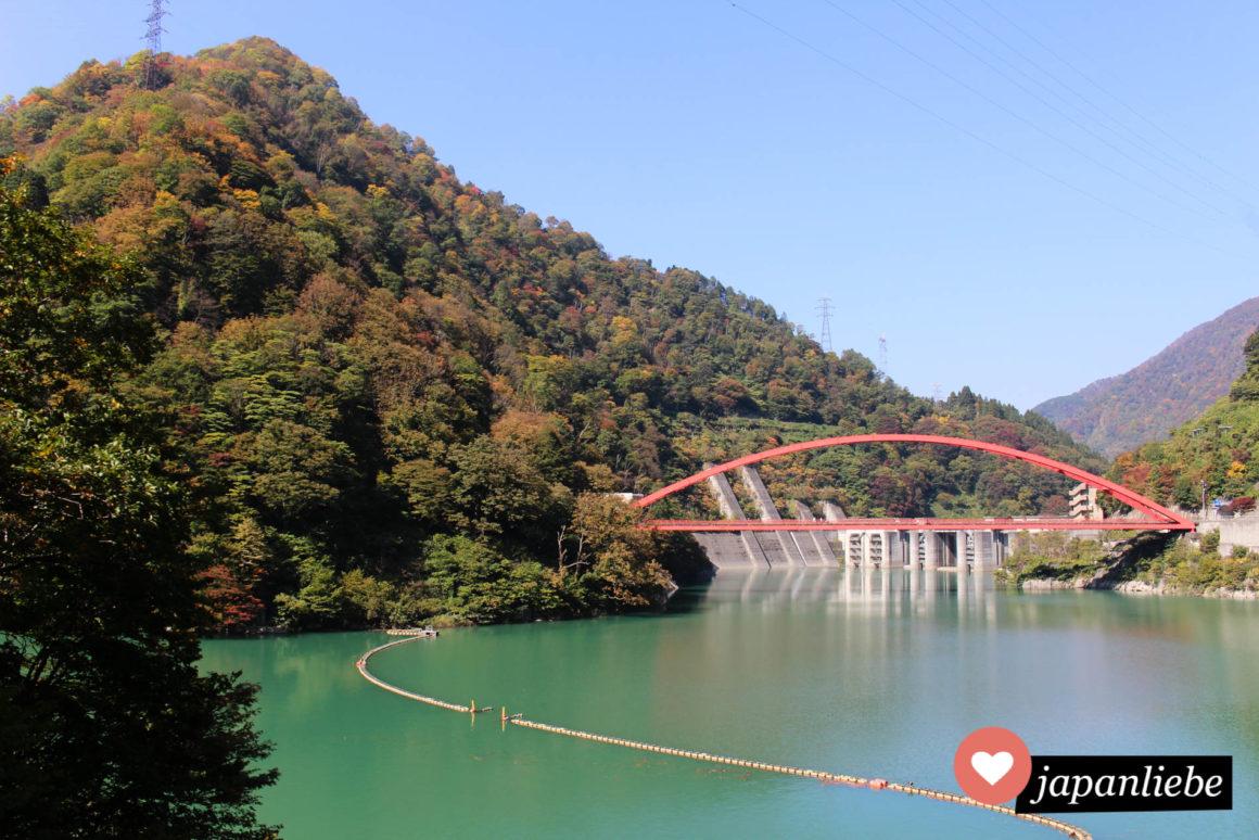 Viele Brücken spannen sich über die Kurobe-Schlucht.