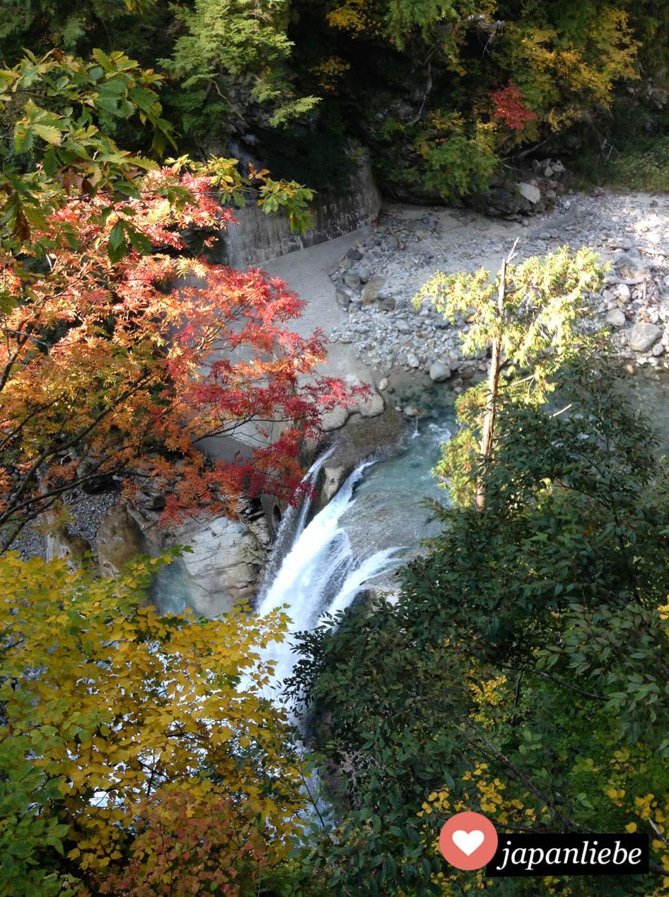 Ein Wasserfall. Landschaftlich ist es in der Kurobe-Schlucht wunderschön.