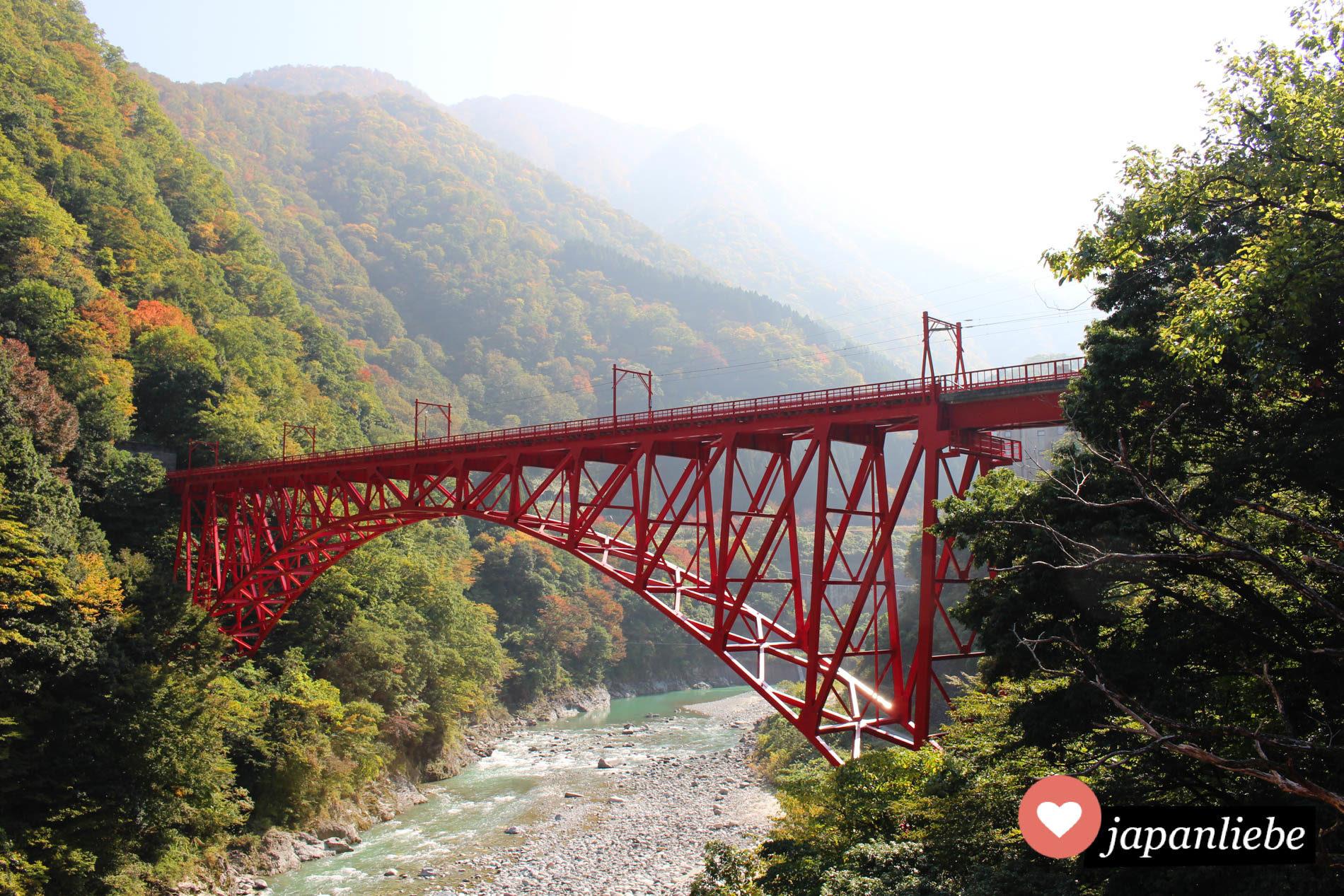 Das bekannteste Motiv der Kurobe-Schlucht: Die Shin Yamabiko Brücke.