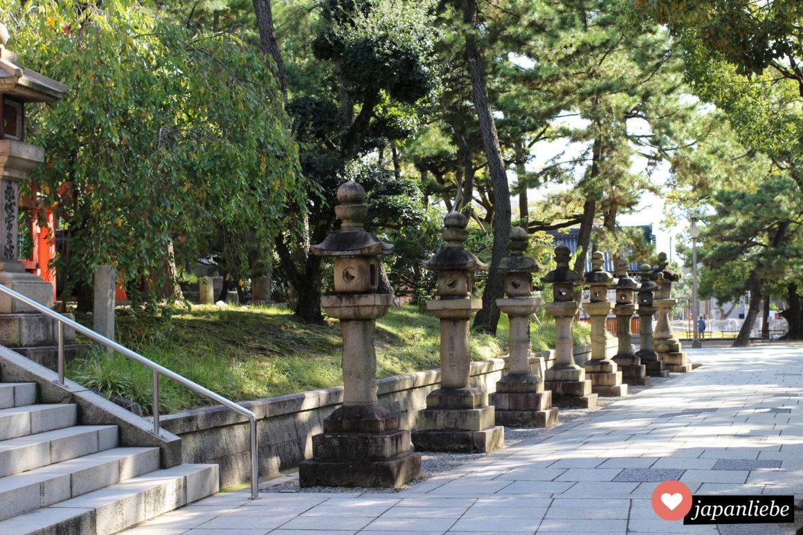 Steinlaternen in Reih und Glied am Sumiyoshi Taisha Schrein in Osaka.