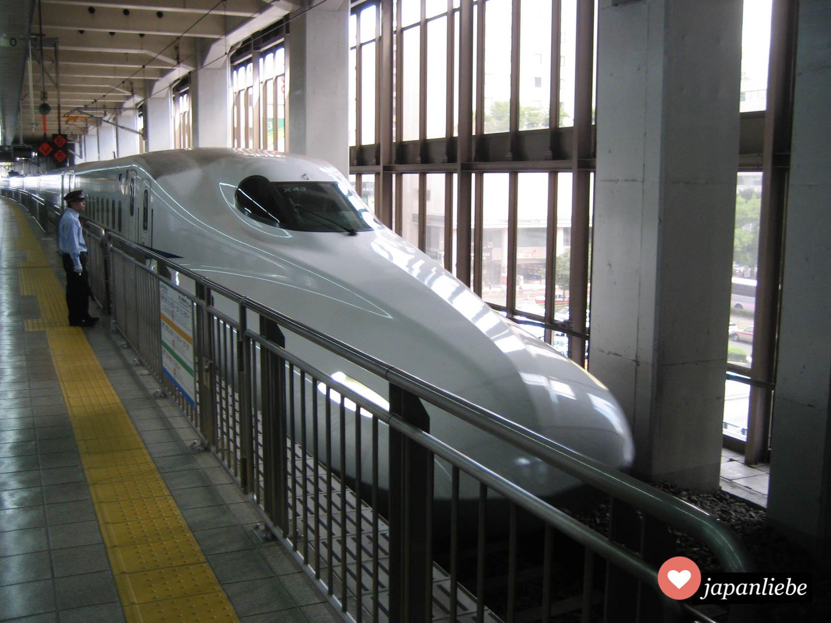 Eine japanischer Shinkansen Schnellzug wartet auf die Abfahrt.