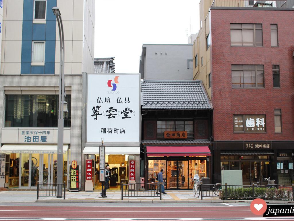Die Asakusa-Butsudan-dori-Straße in Tōkyō ist spezialisiert auf Geschäfte für Hausaltäre und anderen religiösen Bedarf.