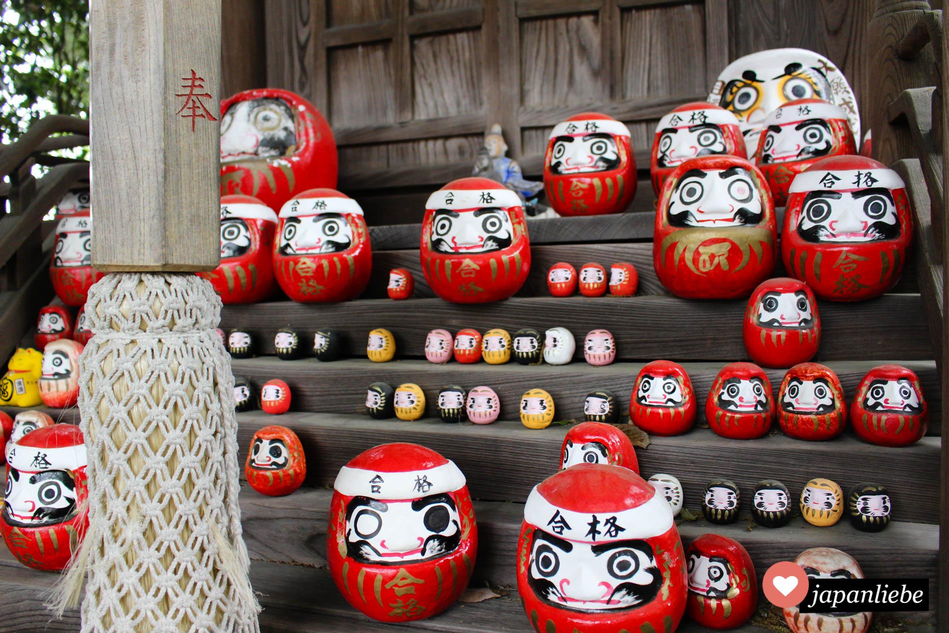 daruma-Figuren in allen Größen am Achi Schrein in Kurashiki, Japan.