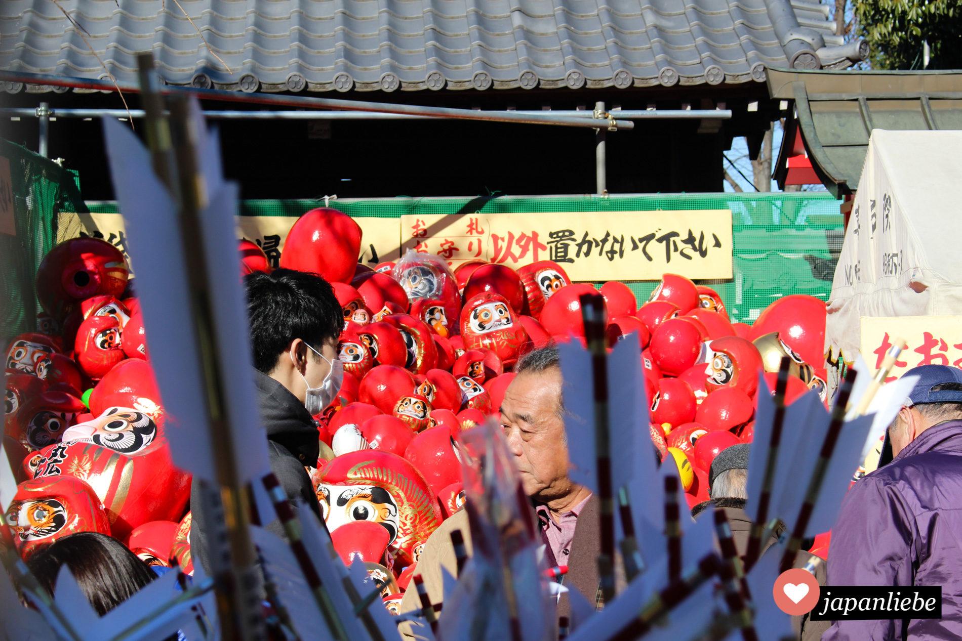 Am Kitain Tempel in Kawagoe türmen sich nicht mehr gebrauchte Daruma.