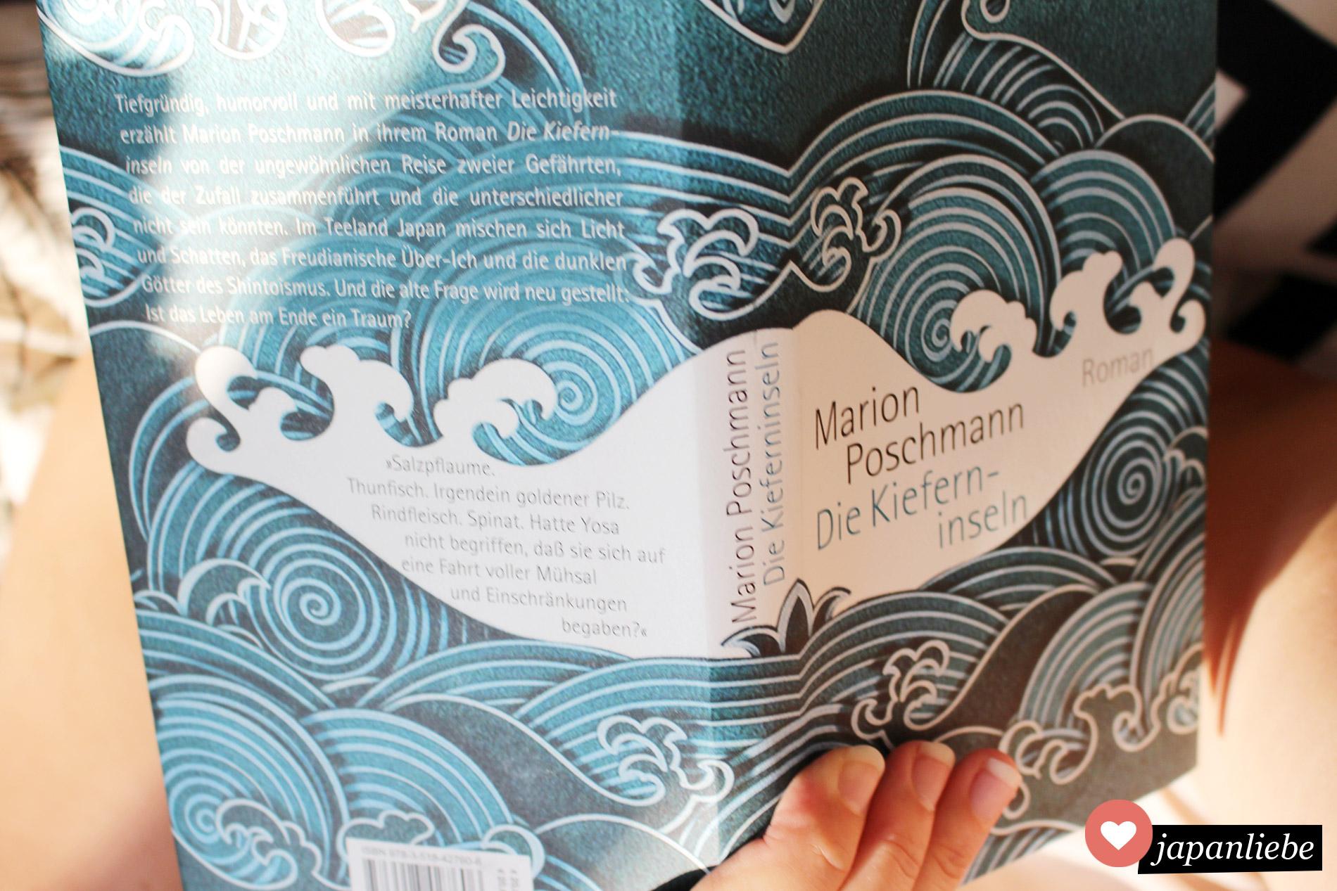 """Ich beim Lesen von """"Die Kieferninseln"""". Was für ein schönes Cover!"""