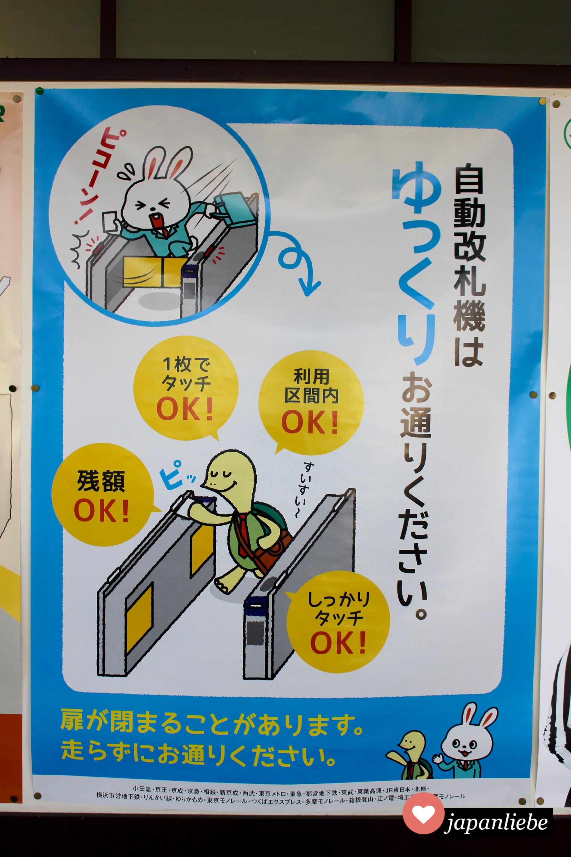 Ein Poster weißt darauf hin, dass man an japanischen Bahnhöfen langsam machen soll. Egal, ob man durch dias Ticketgate will oder zum Zug.