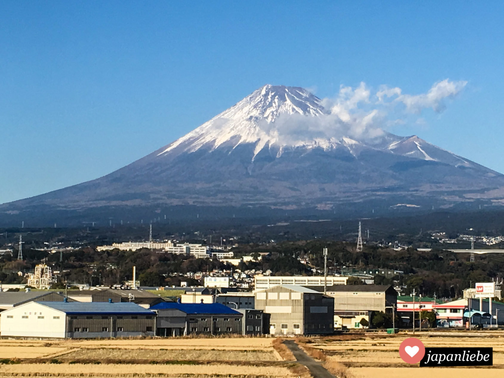 Der Fuji, Japans Wahrzeichen, vom Fenster des Shinkansen Schnellzugs aus fotografiert.