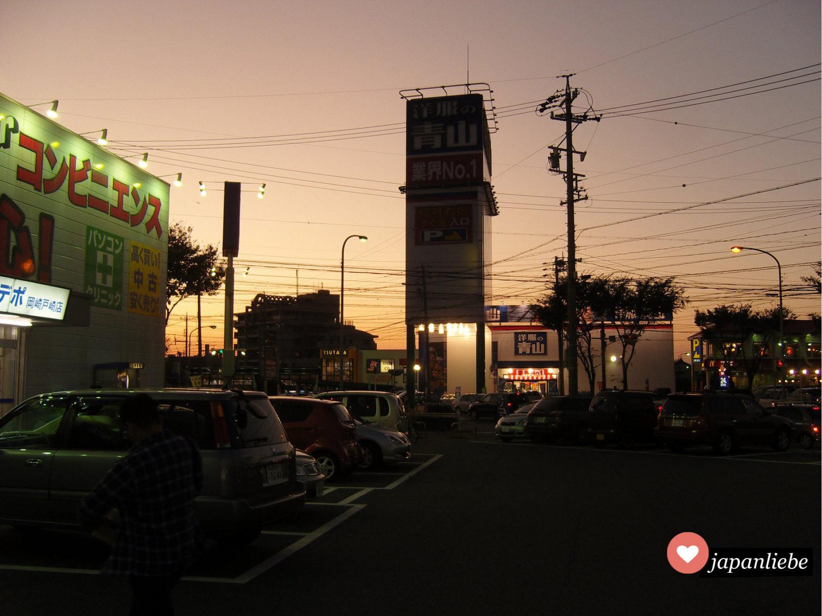 Abenddämmerung in der Stadt Okazaki.