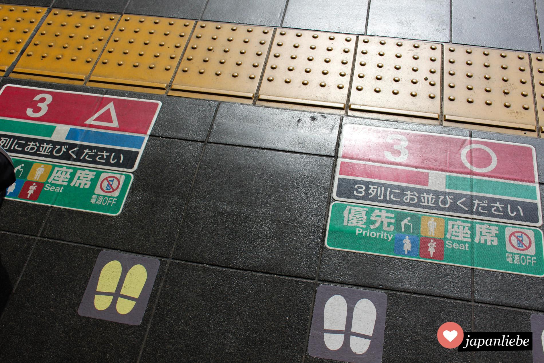 Bahnsteige sind immer ausführlich markiert, so dass man sich immer korrekt für den Zug anstellt.