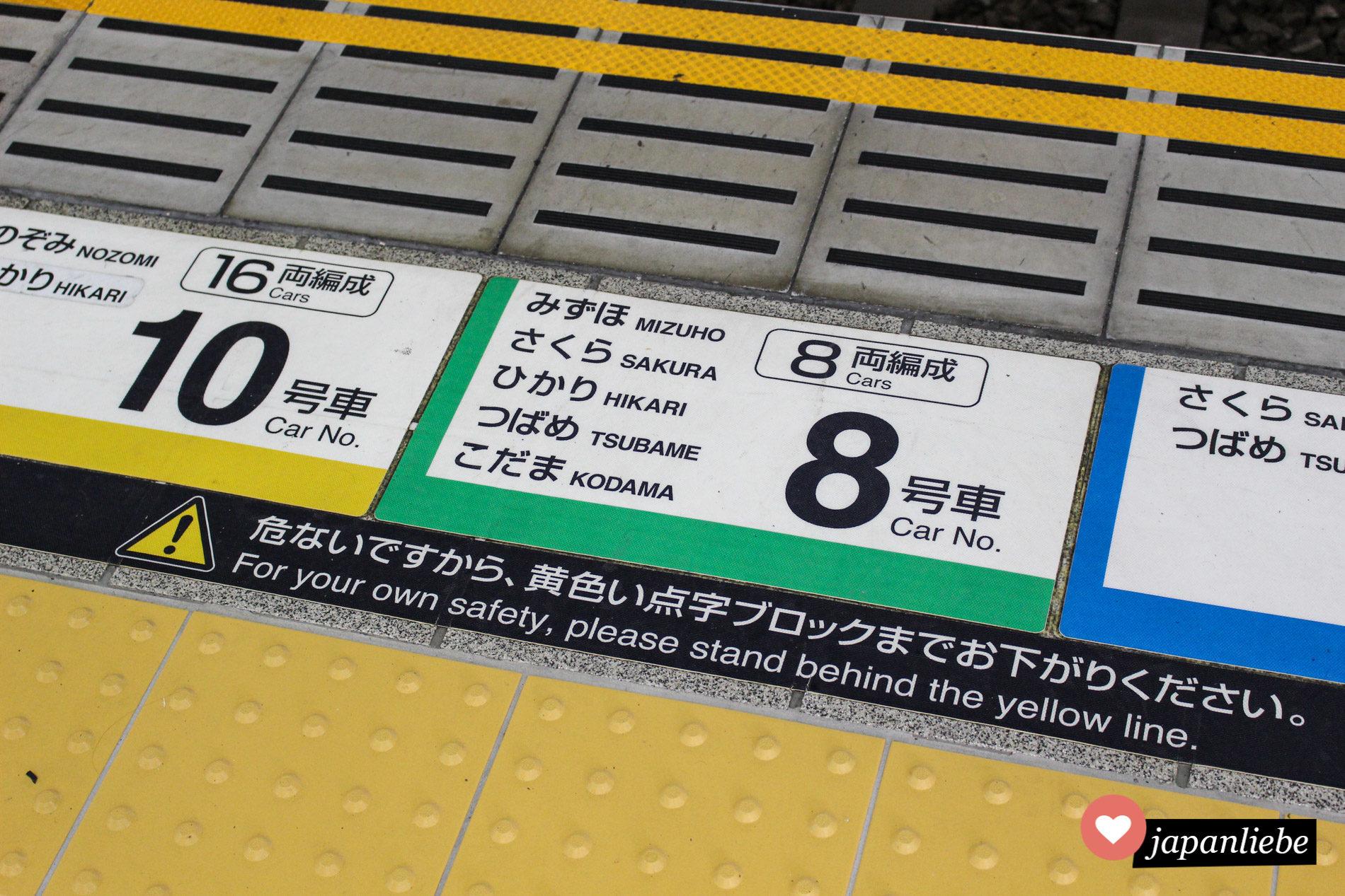 Je nach Shinkansentyp und Zuglänge weisen Aufkleber am Bahnsteig genau darauf hin, wo man sich anstellen muss.