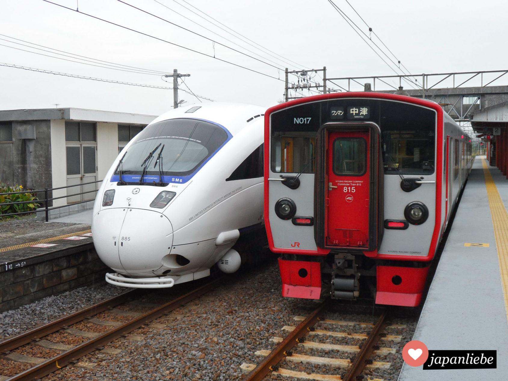 Ein japanischer Regionalexpress und eine Bummelbahn nebeneinander.