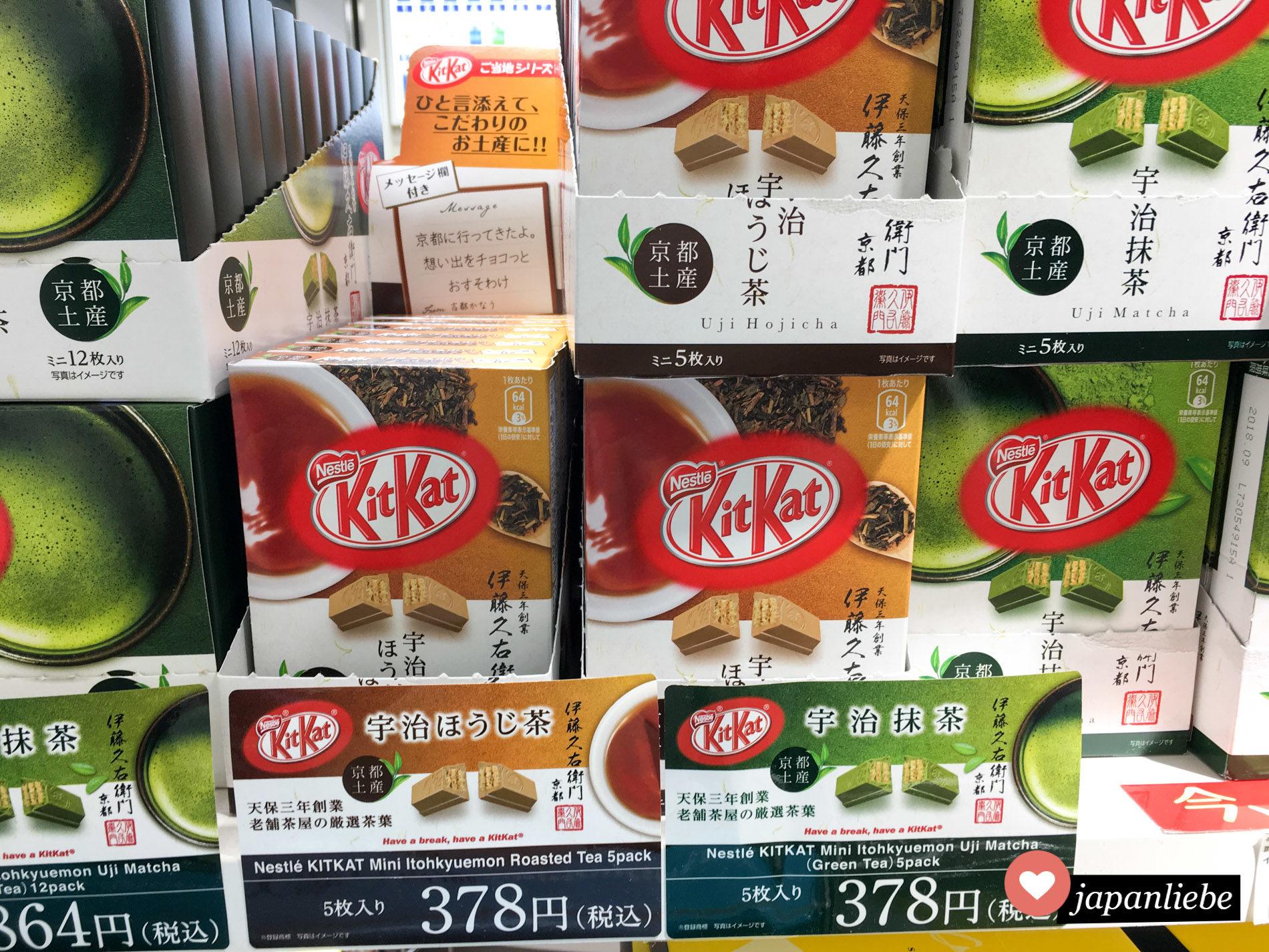 """Ein Regal voller KitKat-Schokoriegel in den Sorten """"Roasted Tea"""" und """"Uji Matcha""""."""
