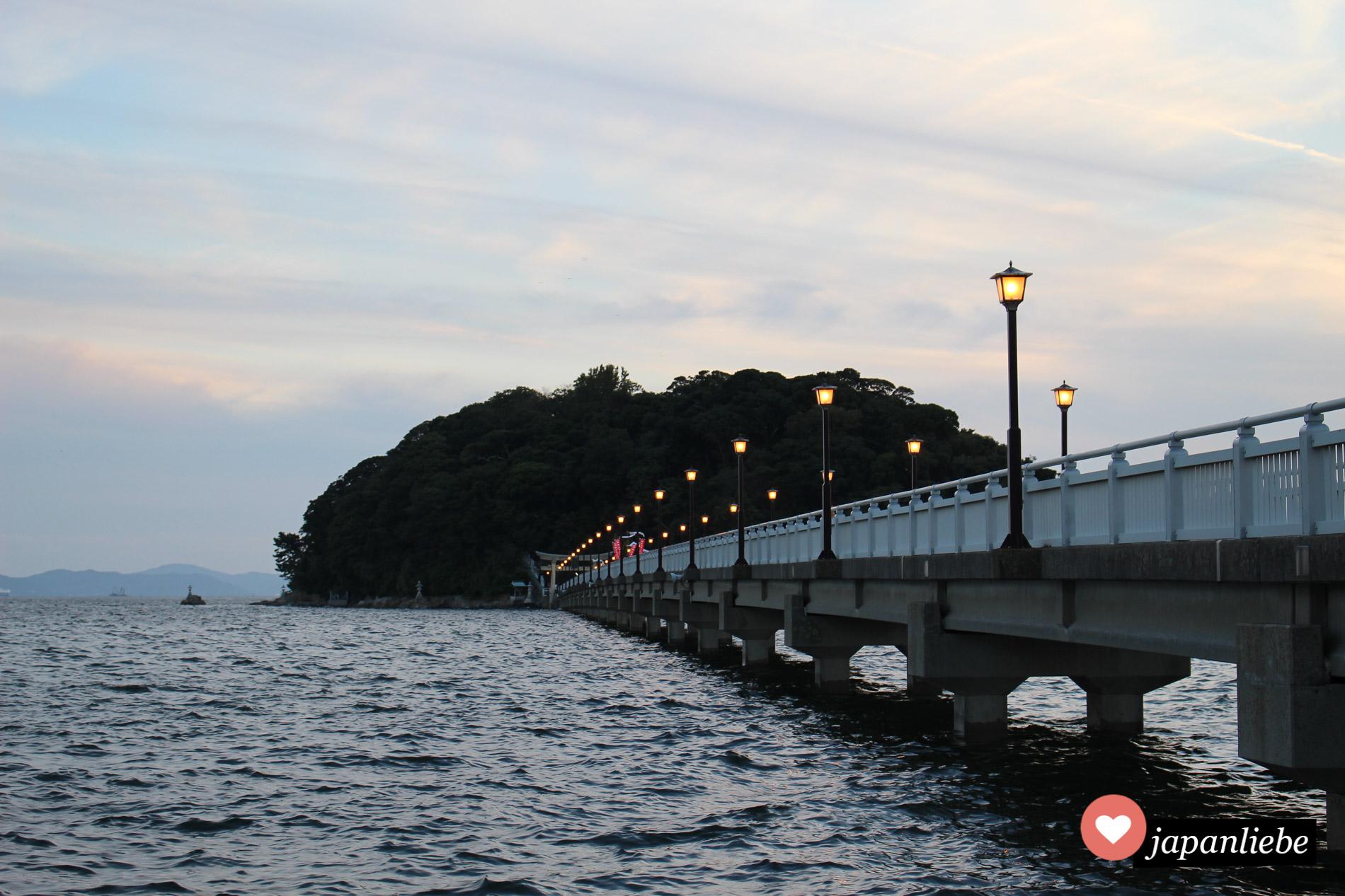 Gamagoris heilige Insel mit fünf Schreinen in der Abenddämmerung.