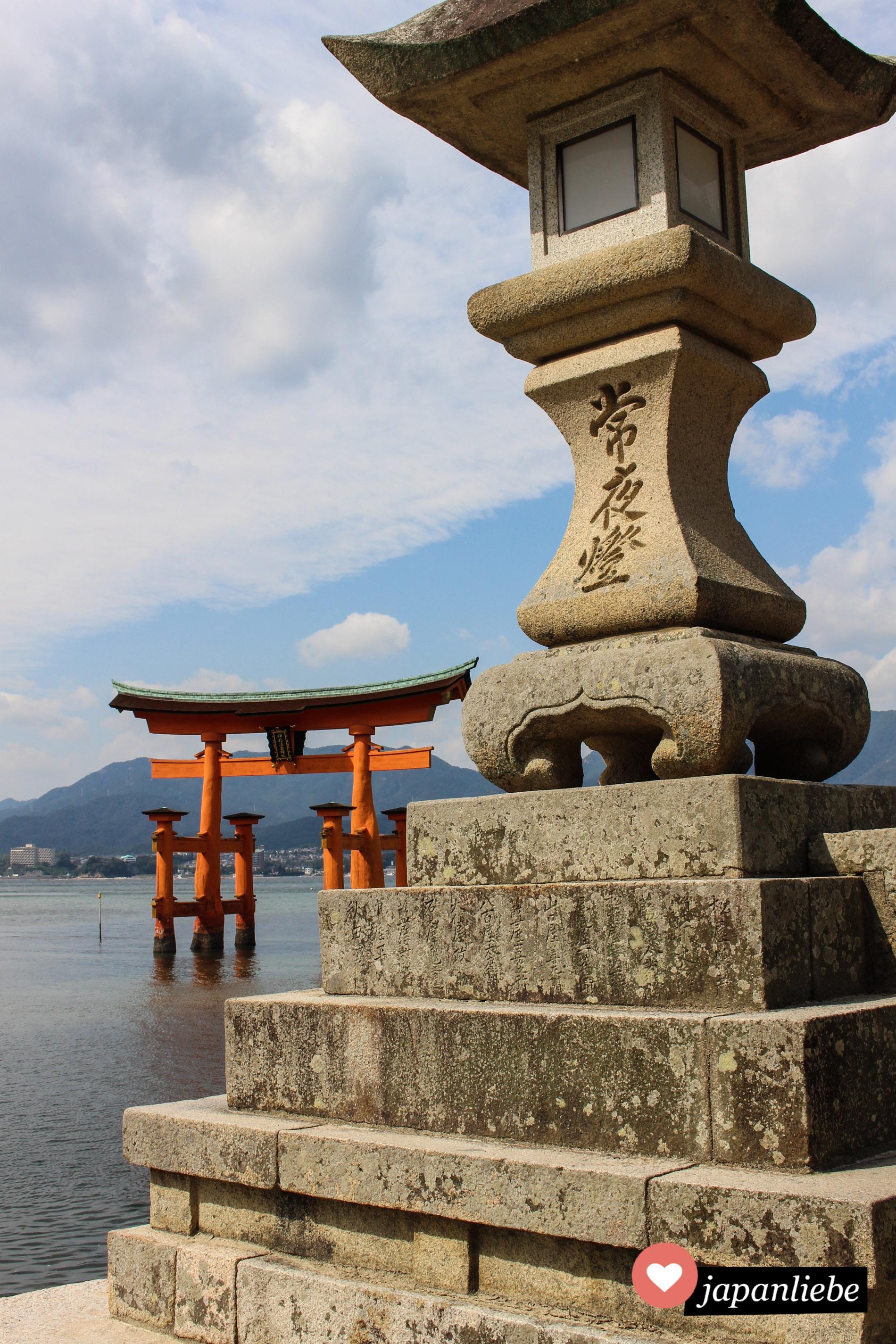 Es gibt kaum ein bekannteres Schreintor als das torii im Meer vor dem  Itsukushima Schrein auf Miyajima.