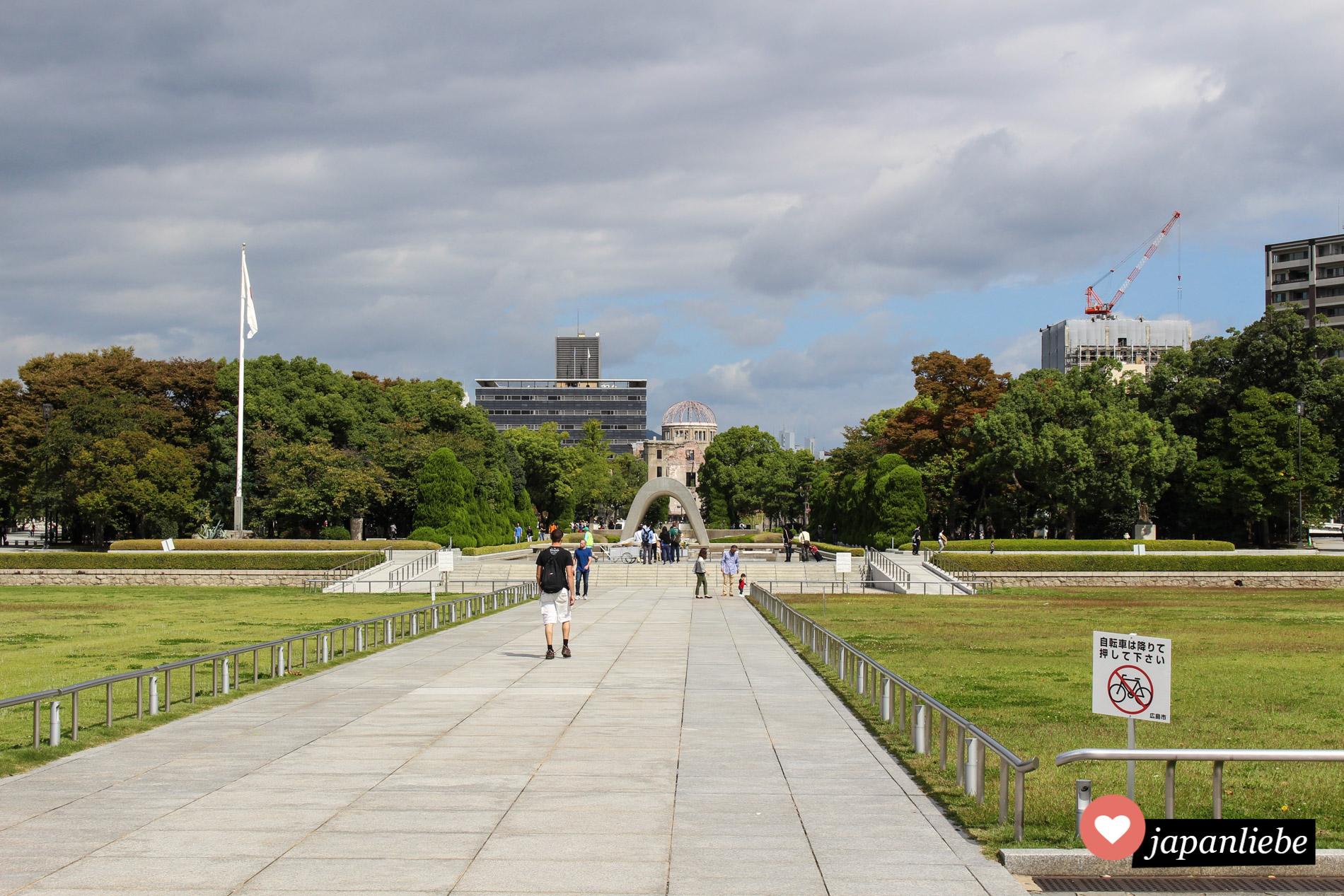 Blick vom Hiroshima Peace Park auf den A-Bomb Dome im Hintergrund.