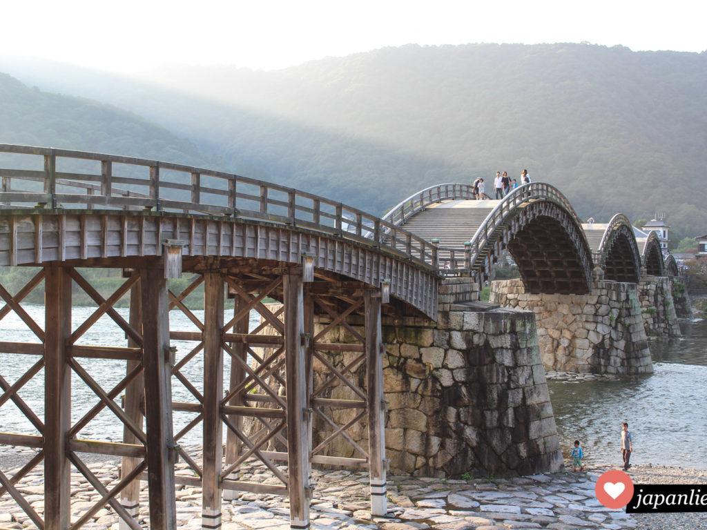 Eine traditionelle, japanische Holzbogenbrücke in Iwakuni.
