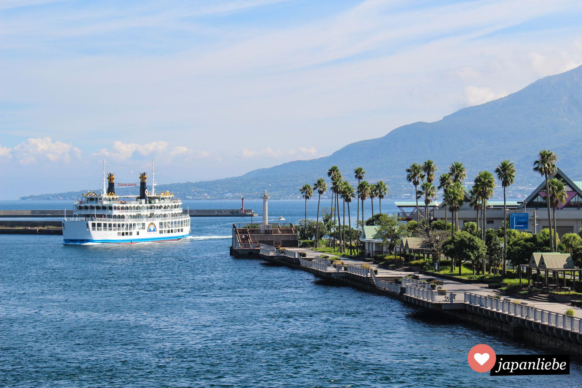 Eine Fähre pendelt regelmäßig zwischen Kagoshimaund der Hausvulkan der Stadt – dem Sakurajima – hin und her.
