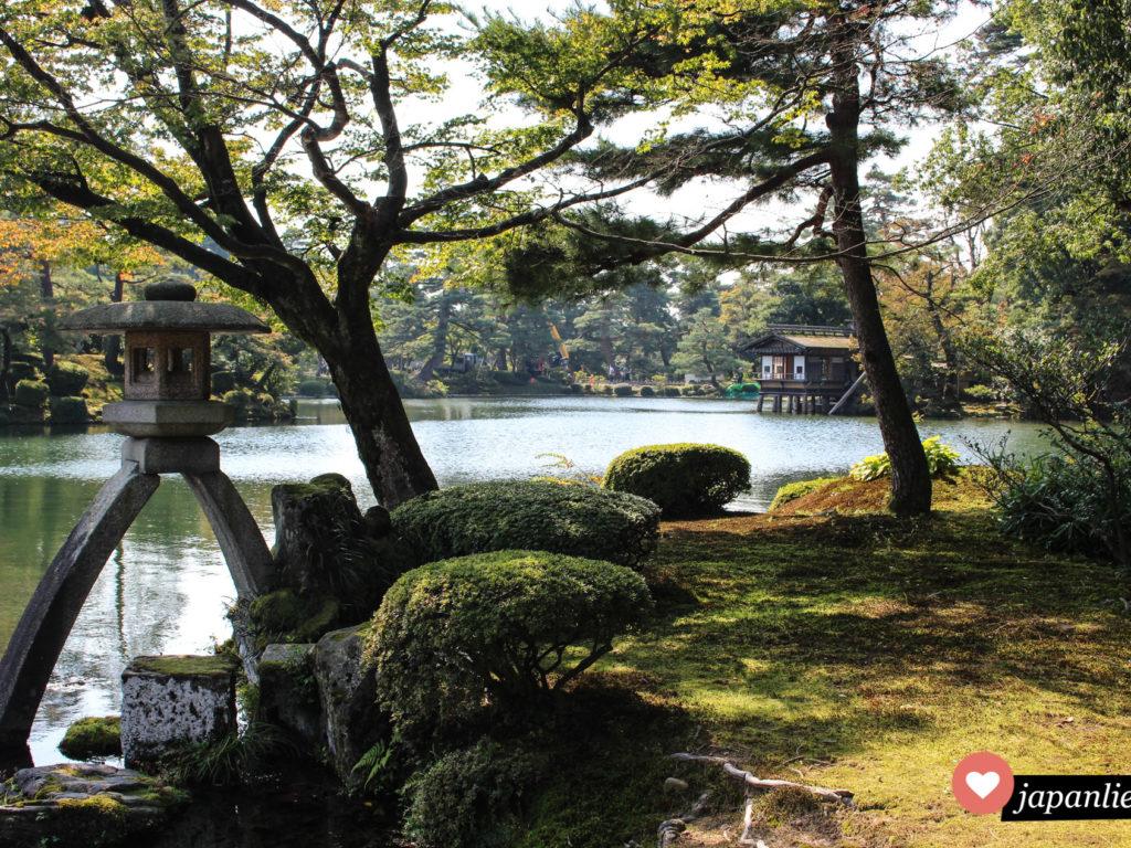 In Kanazawa befindet sich einer der drei schönsten Gärten Japans: der Kenrakuen mit seiner berühmten Steinlaterne.