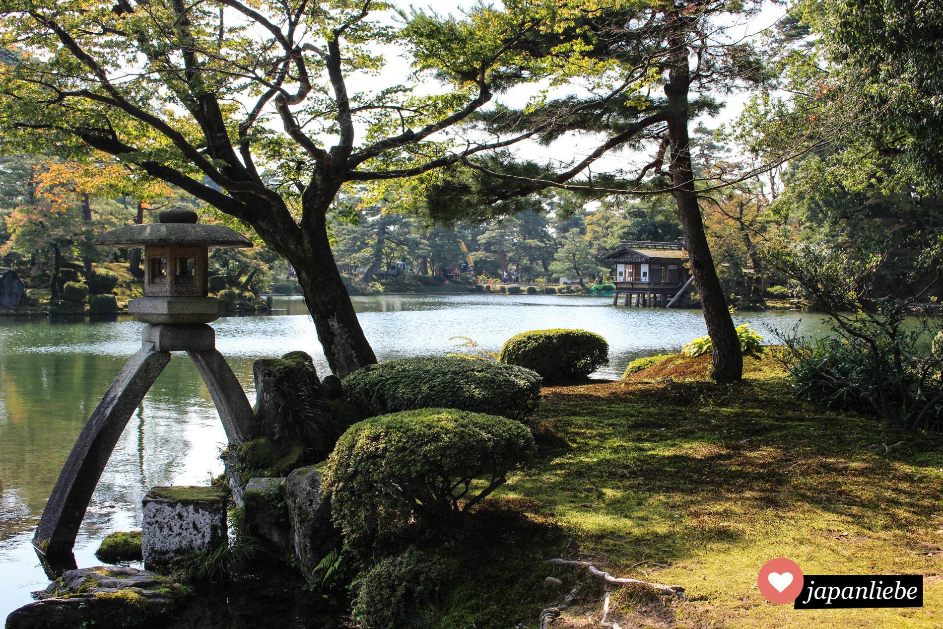 In Kanazawa befindet sich einer der drei schönsten Gärten Japans: der Kenraku-en mit seiner berühmten Steinlaterne.