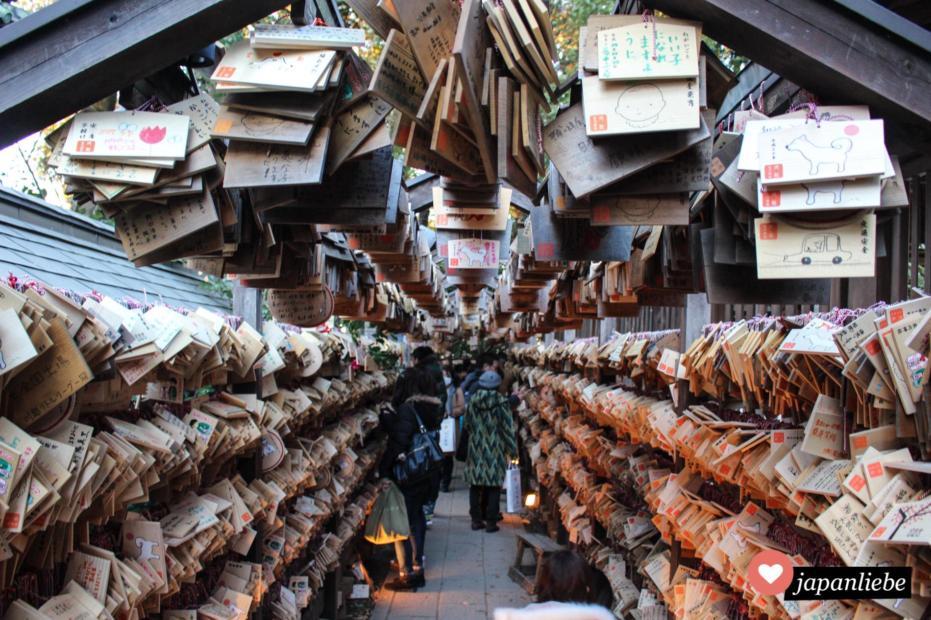 Der Hikawa Schrein in Kawagoe ist für seinen Tunnel voller ema Wunschtafeln bekannt.