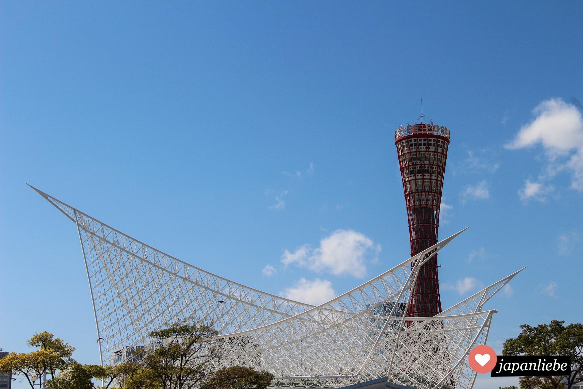 Der Kobe Tower und das Maritime Museum, dessen Dachkonstruktion an das Segel eines Schiffes erinnert.
